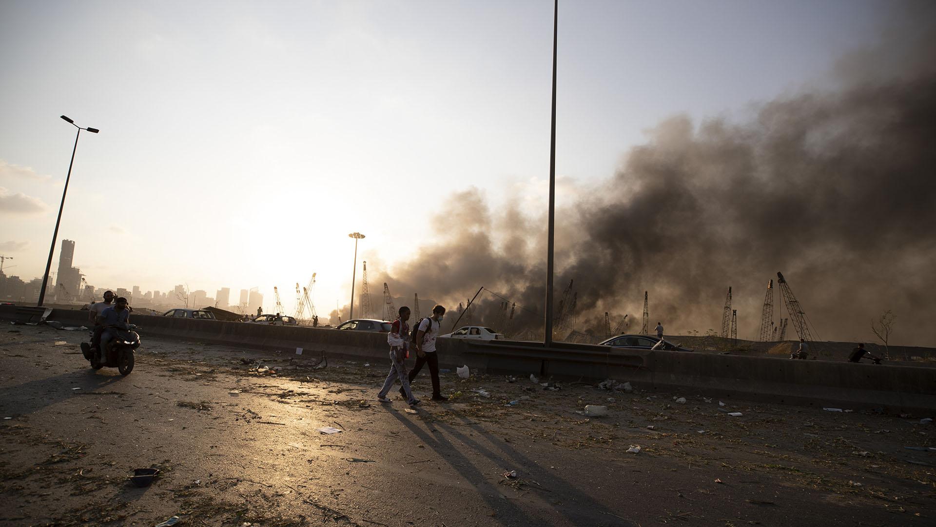 Se ve el humo de la explosión masiva en Beirut, que destruyó gran parte de la zona del puerto (Foto: AP/ Hassan Ammar)