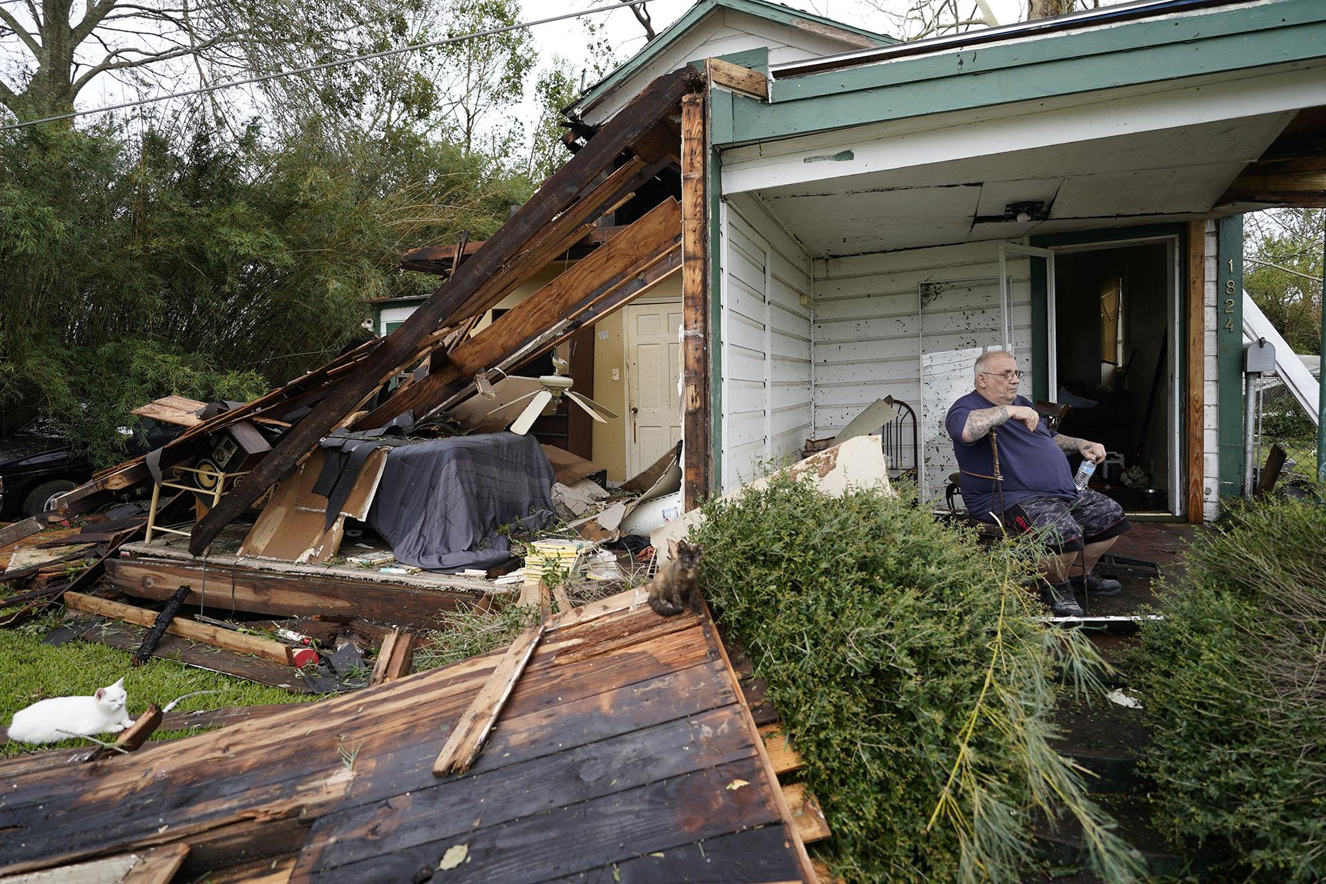 Chris Johnson ve la destrucción en su casa en Lake Charles después de que el huracán Laura atravesara el estado. Johnson se quedó en su casa mientras pasaba la tormenta. (Foto AP/Gerald Herbert)