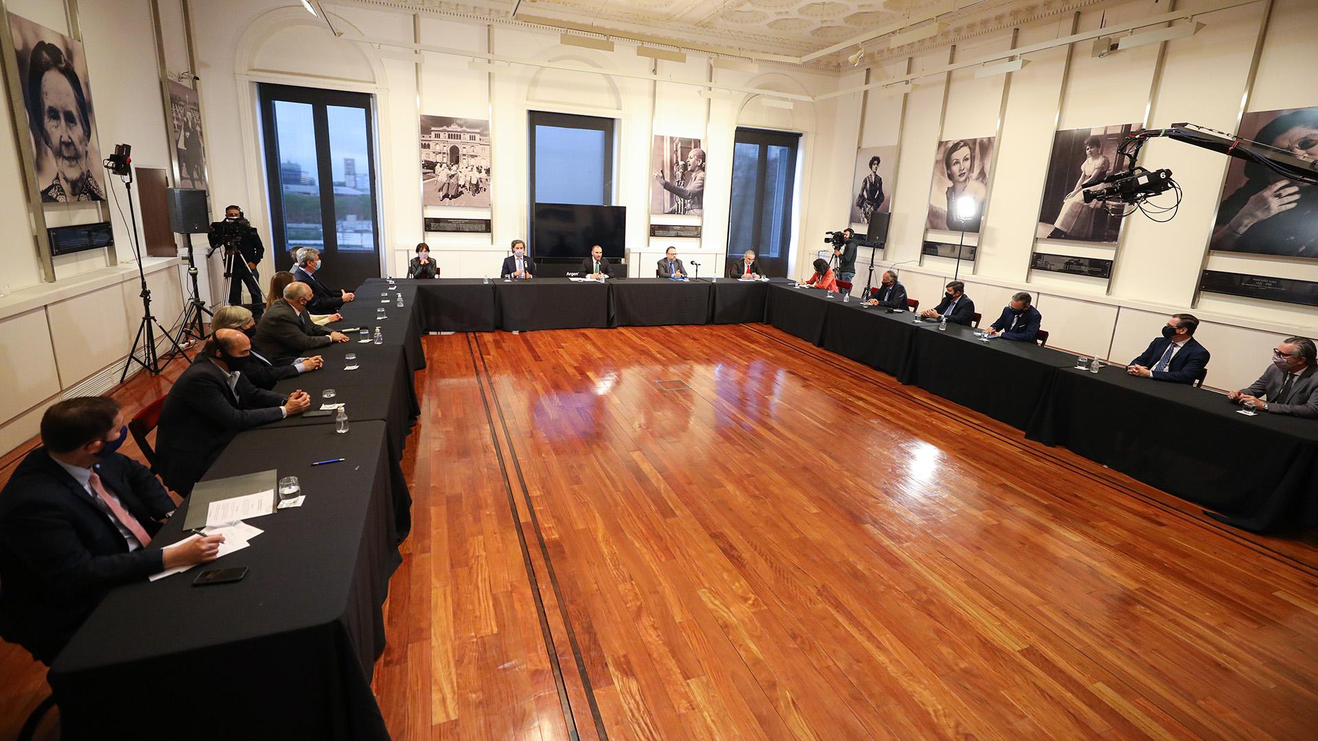 El anuncio se desarrollo junto a empresarios en el Salón de las Mujeres de la Casa Rosada