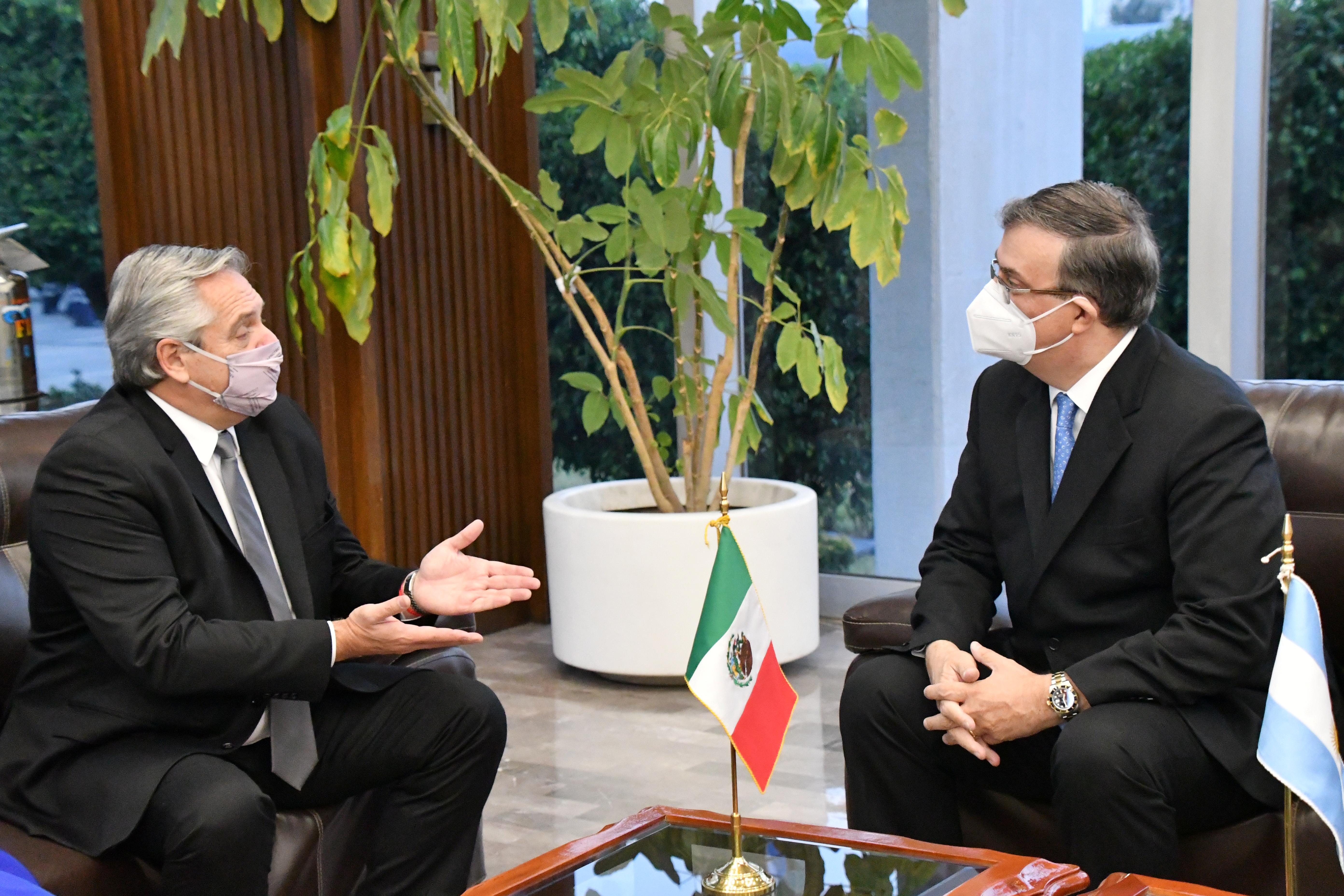 El presidente de Argentina Alberto Fernández y el secretario de Relaciones Exteriores de México Marcelo Ebrard.