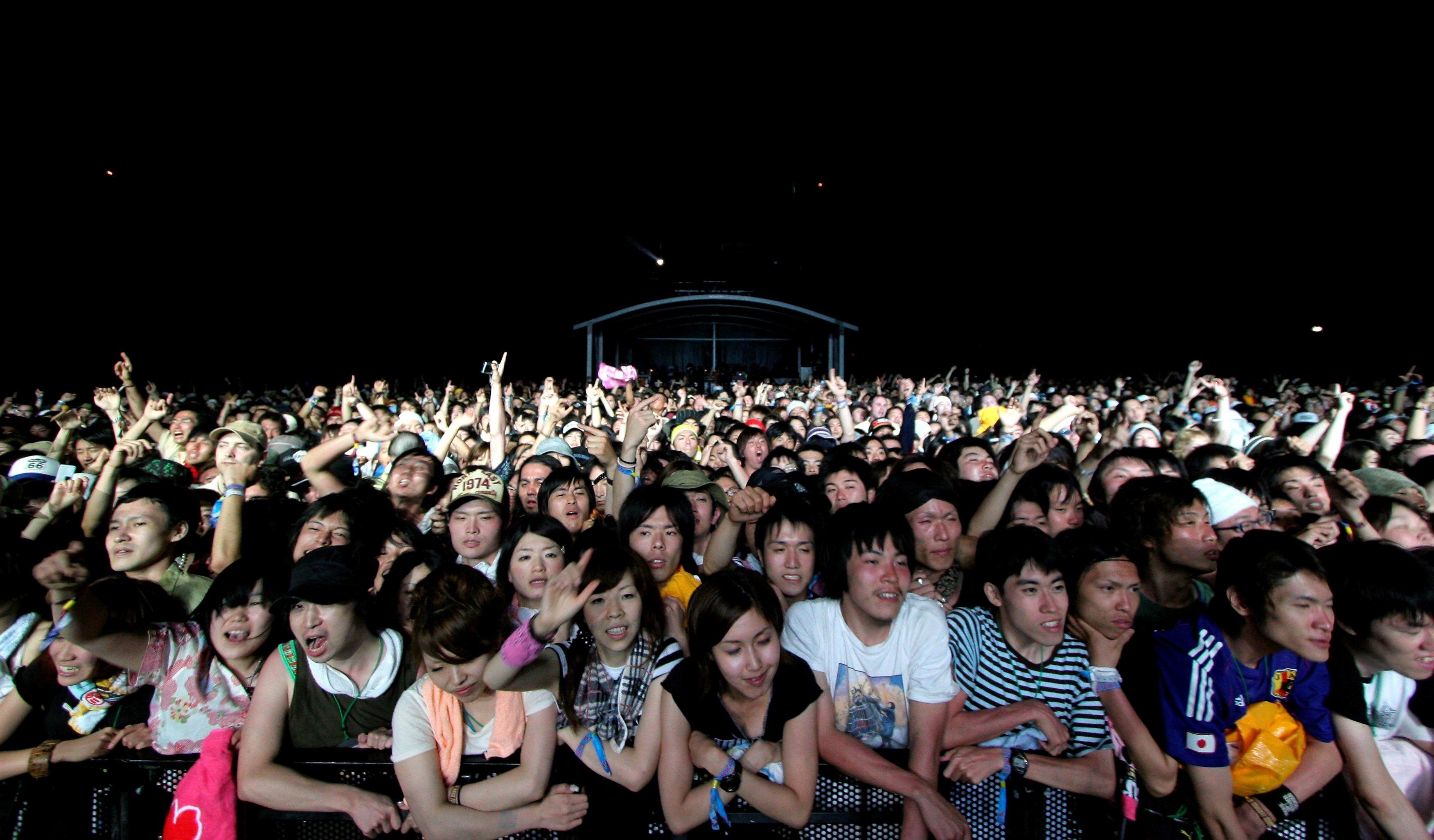 Una multitud de espectadores disfrutan de un concierto en el Fuji Rock Festival en Japón (EFE/Franck Robichon/Archivo)