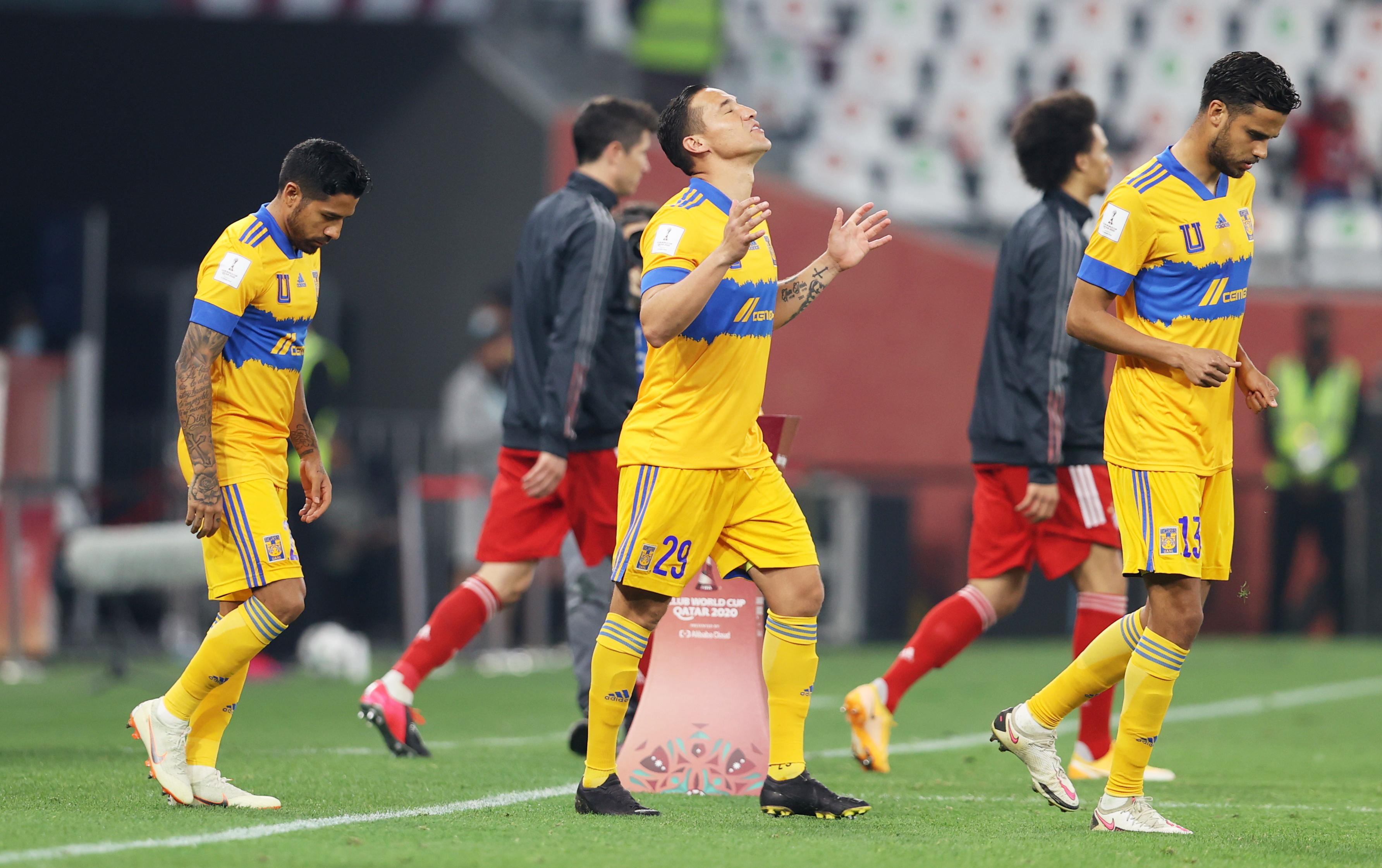 Jesus Duenas de los Tigres entrando al juego. Estadio Ciudad de la Educación en Rayán, Catar