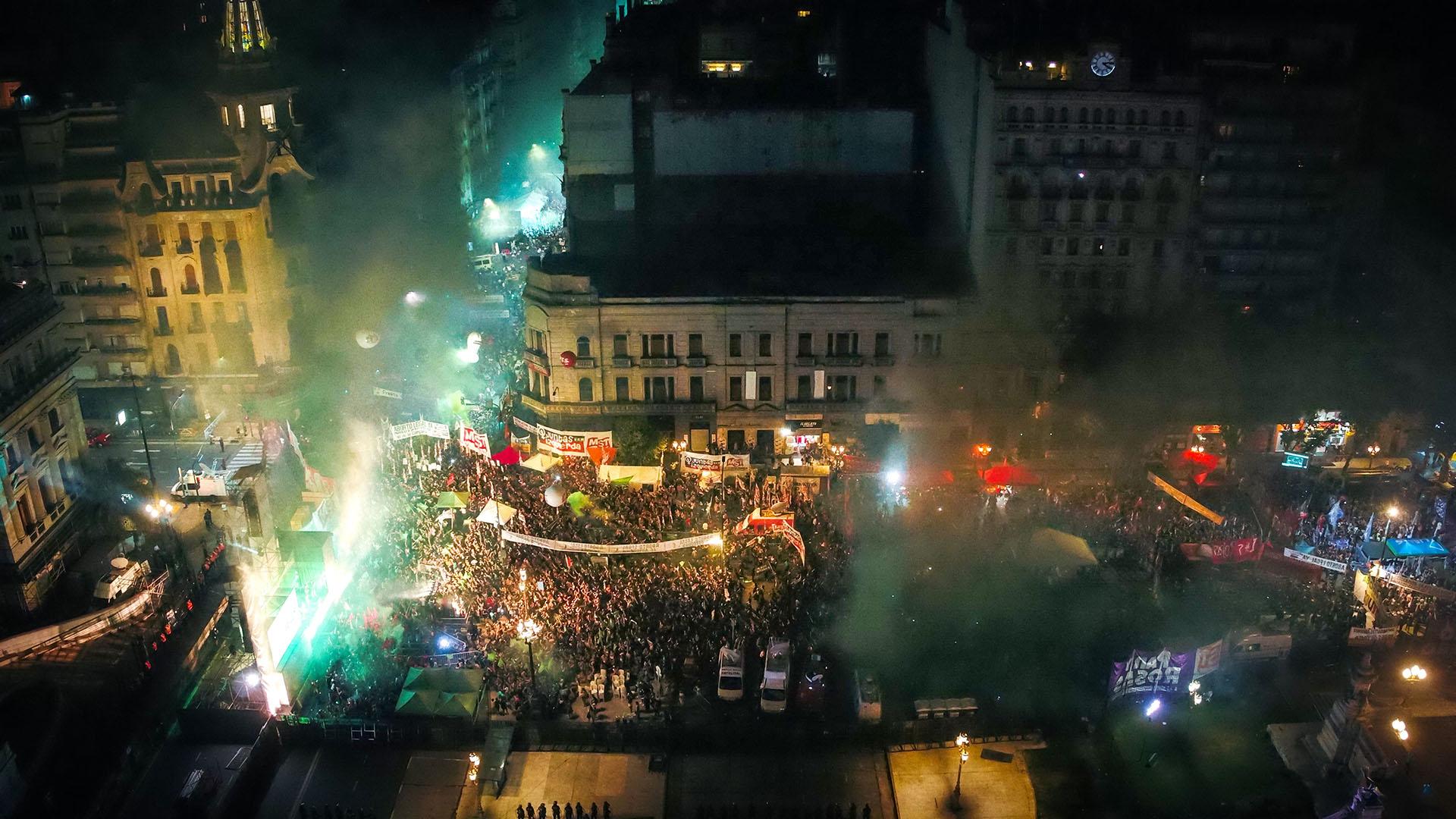 En las calles una multitud celebró la sanción de la ley