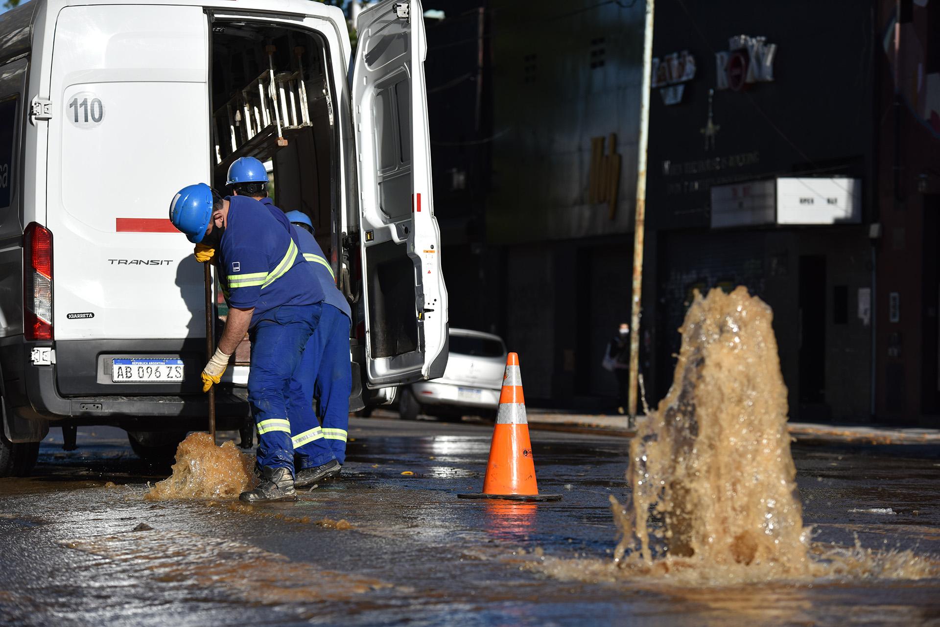 Trabajadores de AySA intentan parar la salida del agua