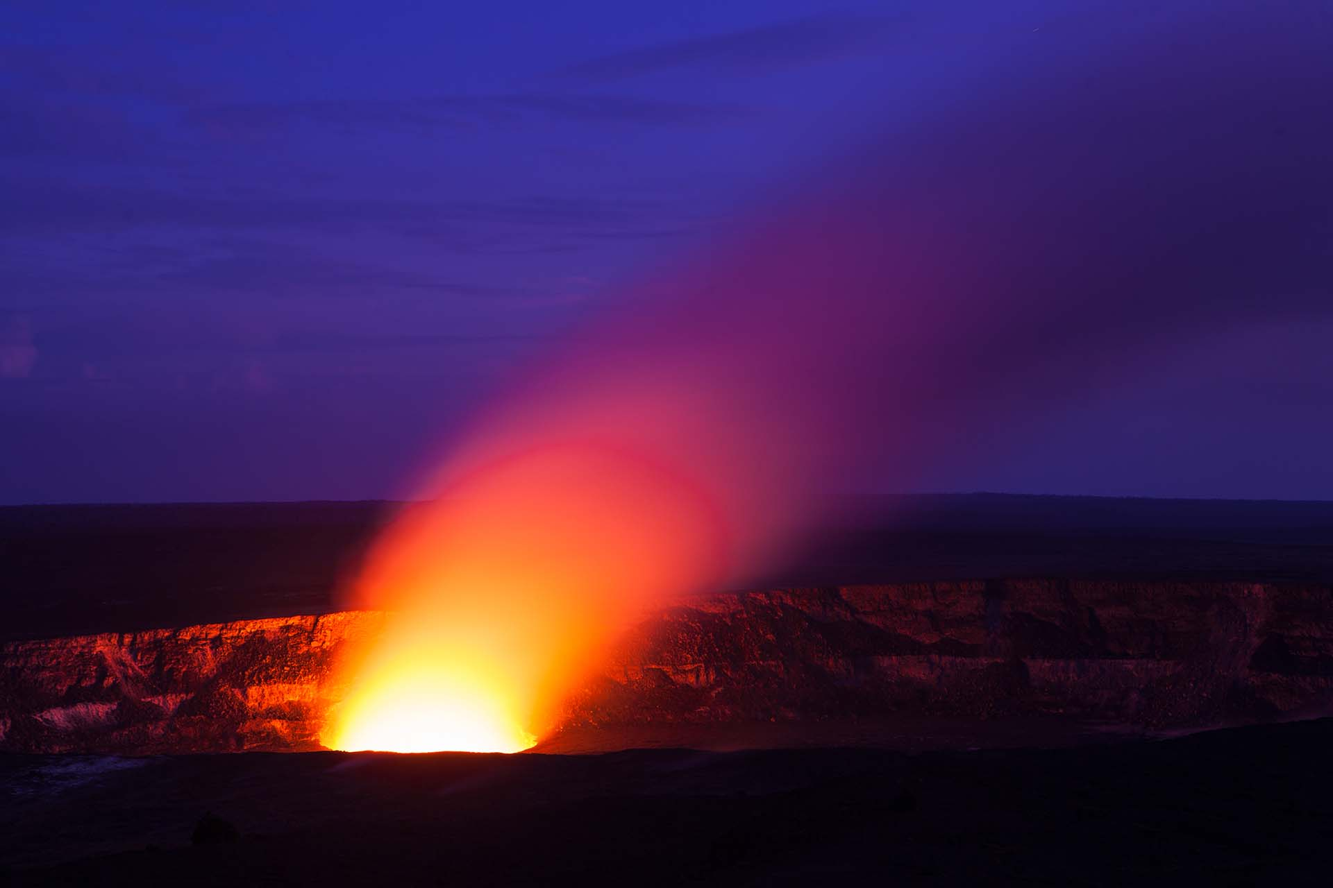 """Es la masa volcánica más activa del mundo. Está ubicado en Hawái, y es más activo de los cinco volcanes que conforman la isla. Desde 1983, Kilauea ha estado en erupción constantemente, y según Volcano Discovery, es una de """"las erupciones más longevas conocidas en la Tierra"""""""