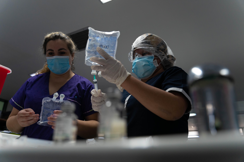Las enfermeras son las encargadas de preparar las dosis de analgésicos y sedación que les indican los médicos.