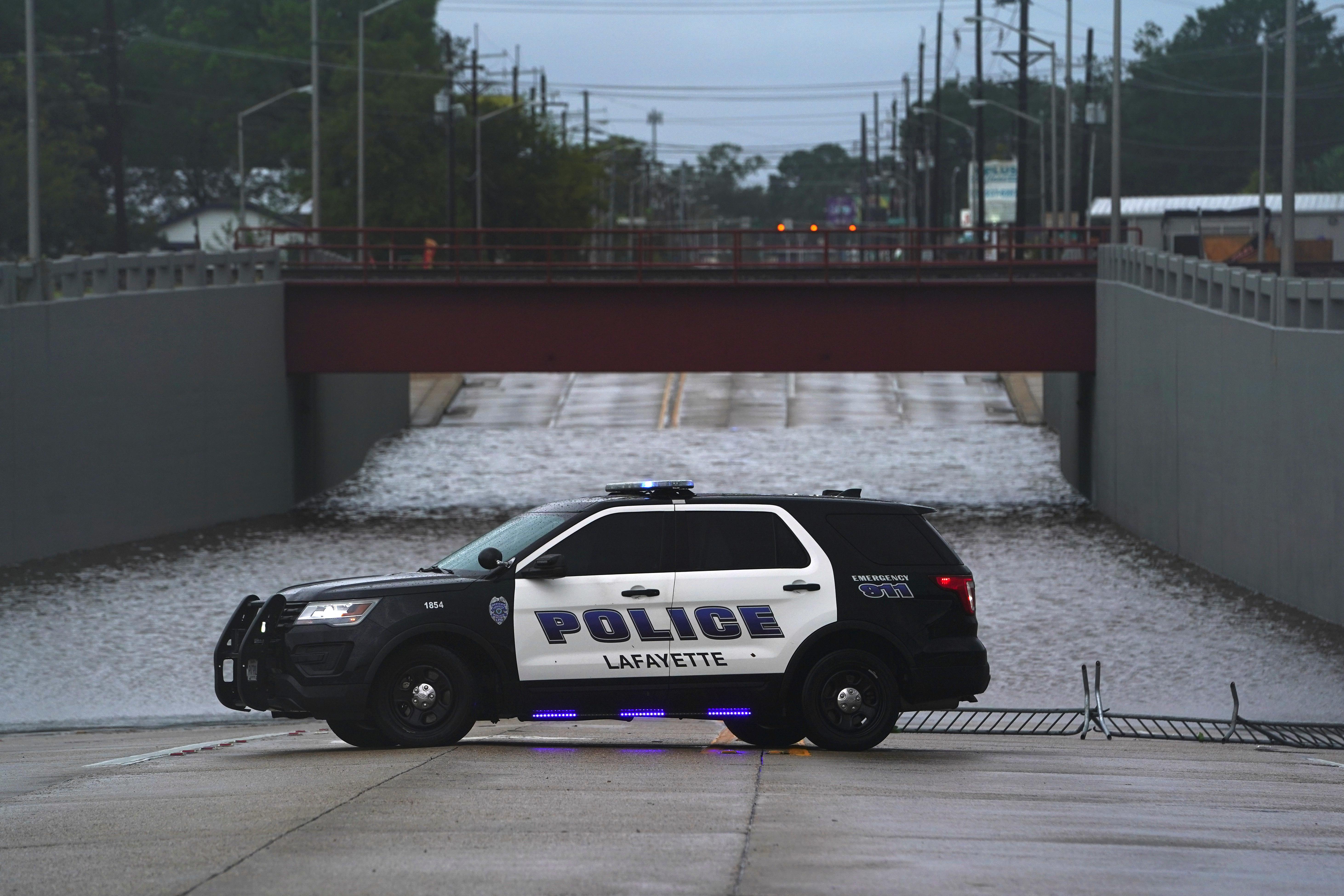 Un vehículo de la policía junto a un paso subterráneo inundado después de que el huracán Laura pasara por Lafayette, Luisiana, el 27 de agosto de 2020 (REUTERS/Elijah Nouvelage)