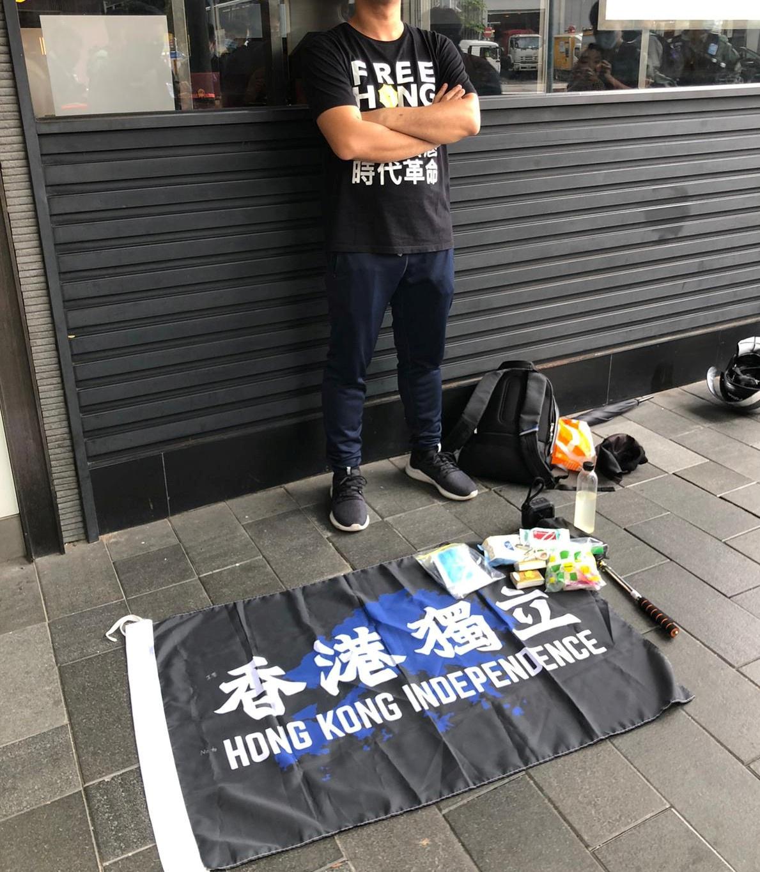 Durante el día, la policía anunció que un hombre en posesión de una bandera a favor de la independencia de Hong Kong se convirtió en el primer detenido en el marco de la nueva ley promulgada en la víspera por el presidente chino Xi Jinping