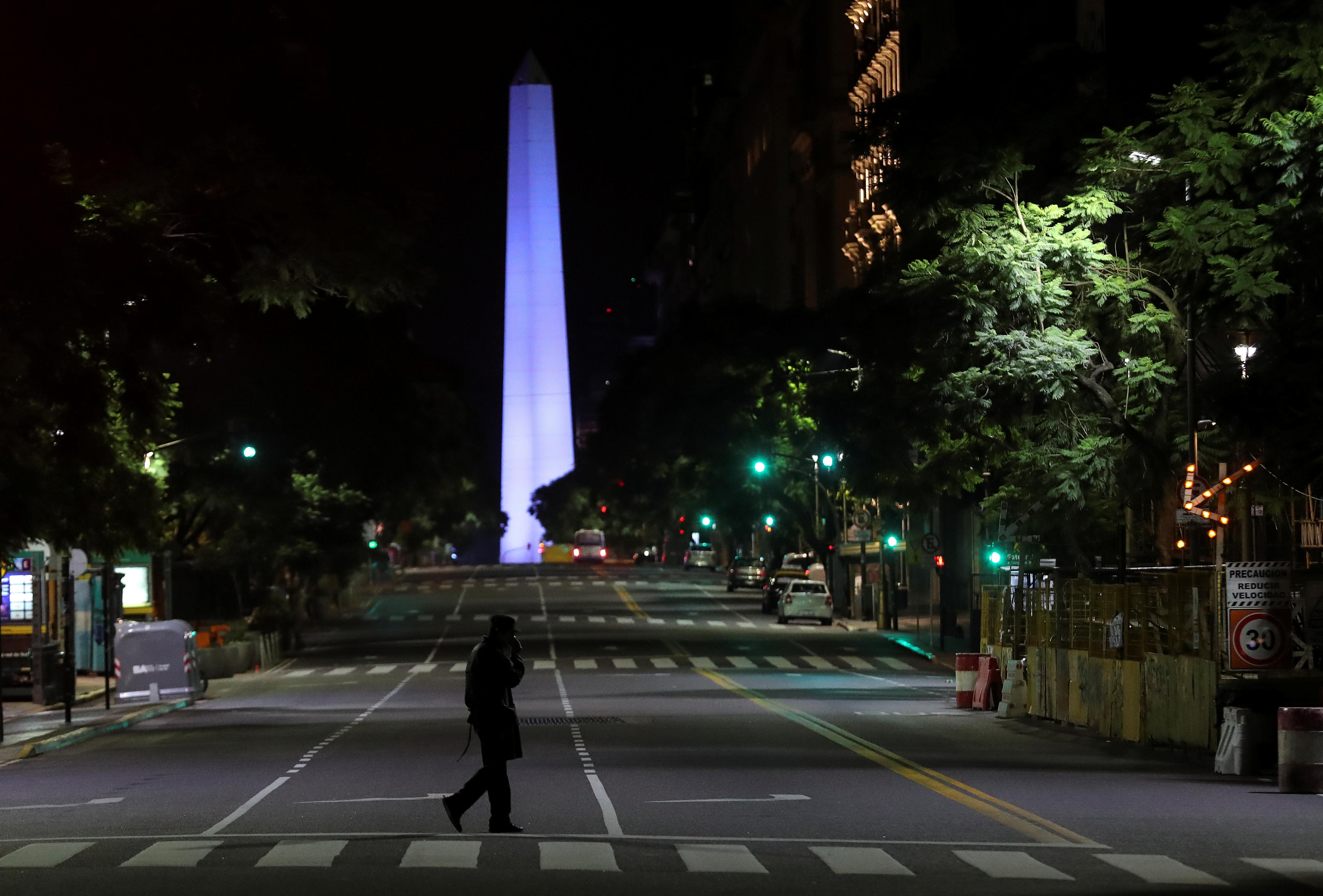 El 2 de abril, en la soledad de Buenos Aires, un oficial de policía camina frente a la silueta del Obelisco porteño. Esa noche, así como el Monumento a los Españoles, la Pirámide de Mayo, la Plaza Congreso, el Planetario, y el Puente de la Mujer se iluminó de color azul en el marco del Día Mundial de la Concientización sobre el Autismo