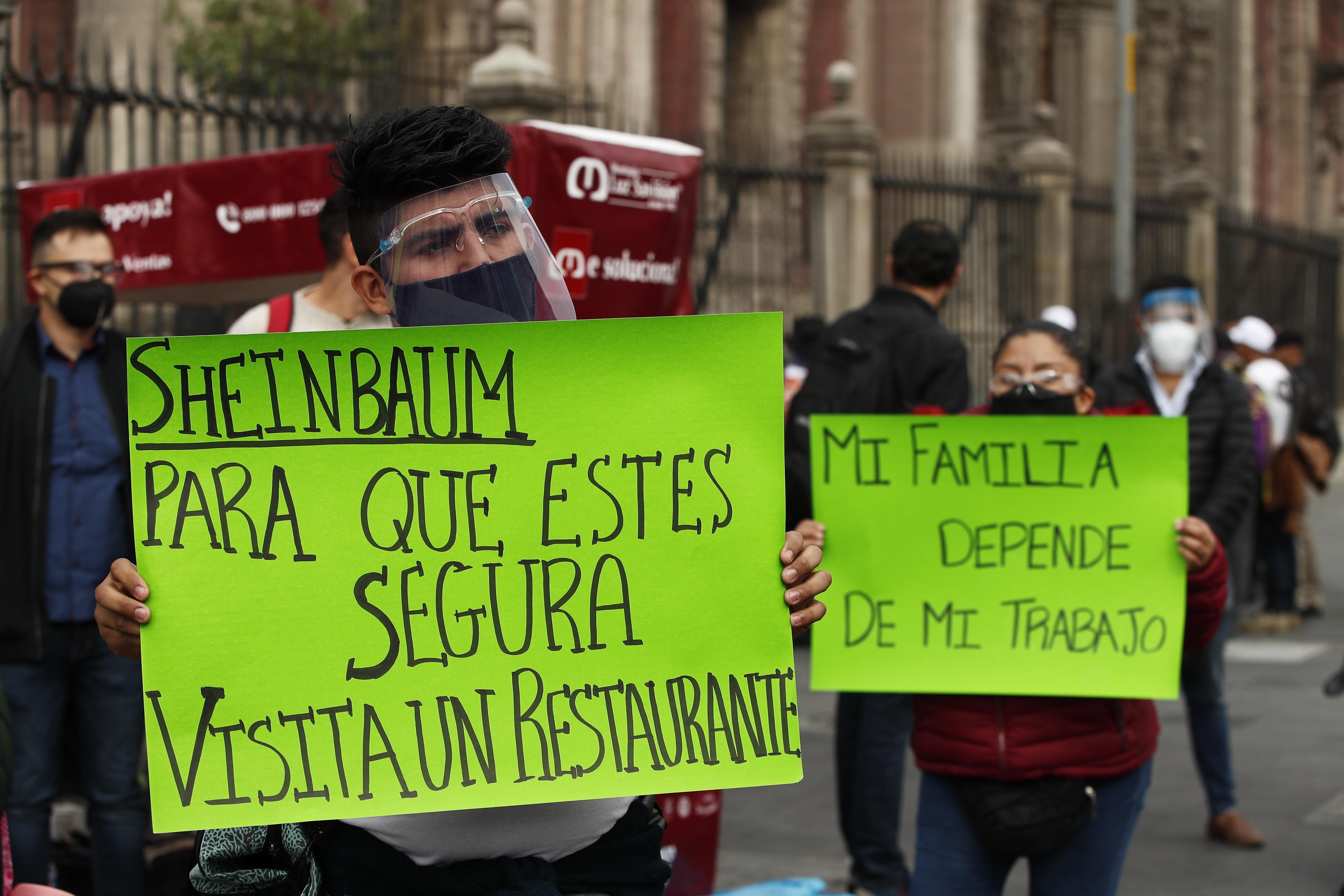 Restaurantes de la Ciudad de México exigieron este lunes poder reabrir a pesar del complejo momento de la pandemia en la capital y en todo el país, y aseguraron que algunos establecimientos funcionarán esta semana desesperados por la ausencia de ingresos. 11 de enero de 2021.