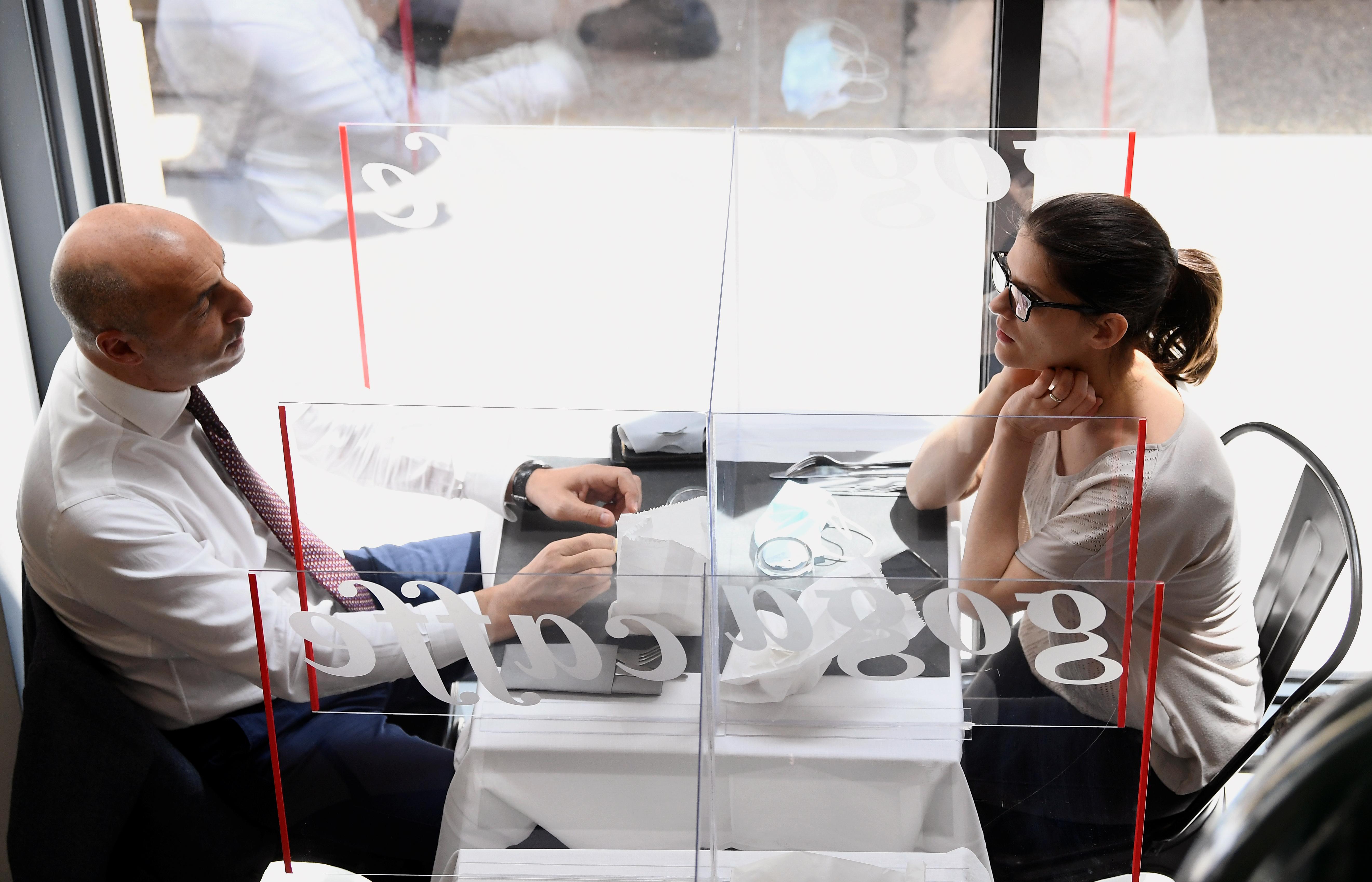 Personas en un restaurante de Milán (Reuters/ Flavio Lo Scalzo)