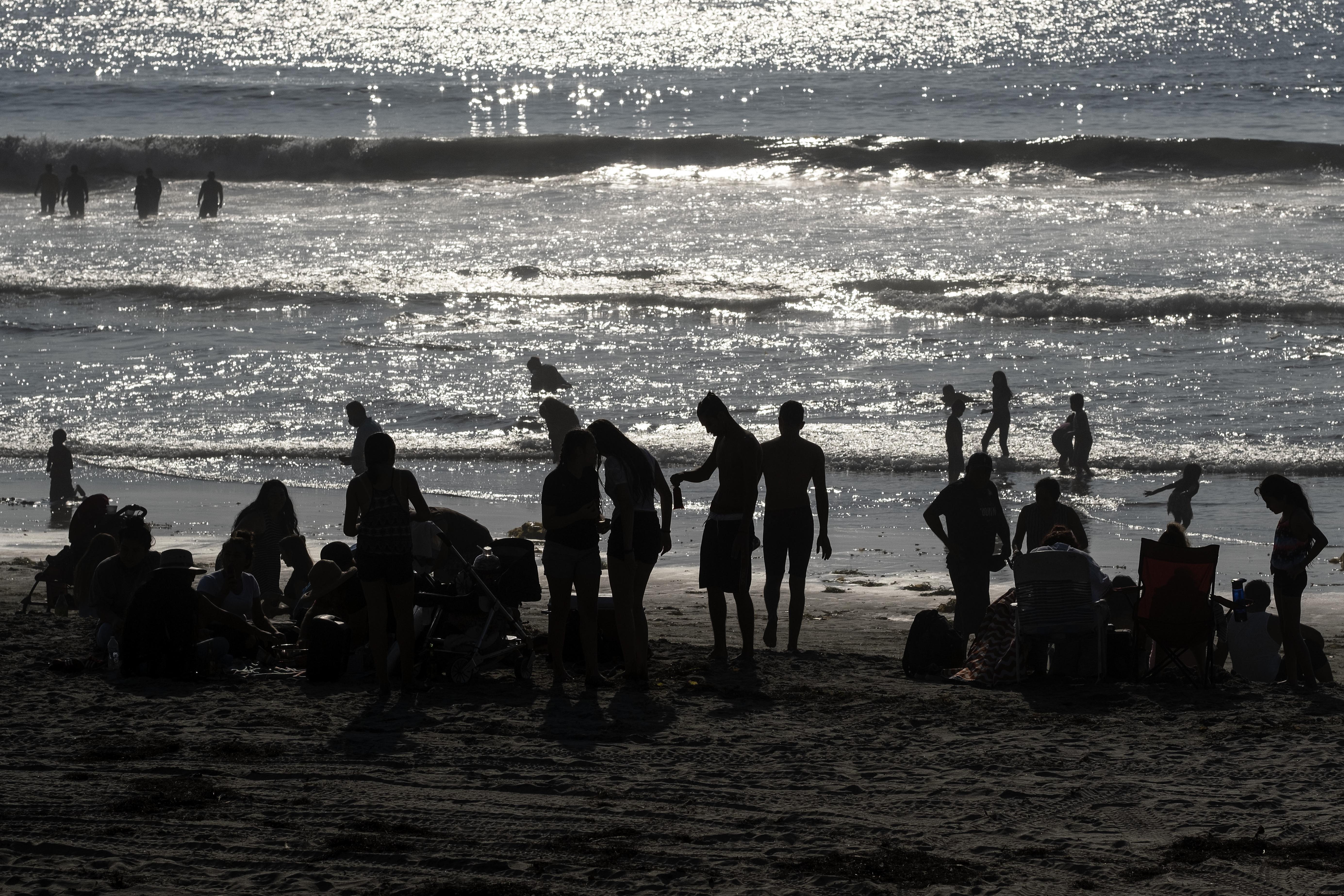 La gente se reúne en Playas de Tijuana cerca de la frontera entre Estados Unidos y México en Tijuana, estado de Baja California, México, el 3 de octubre de 2020, en medio de la pandemia del coronavirus COVID-19.