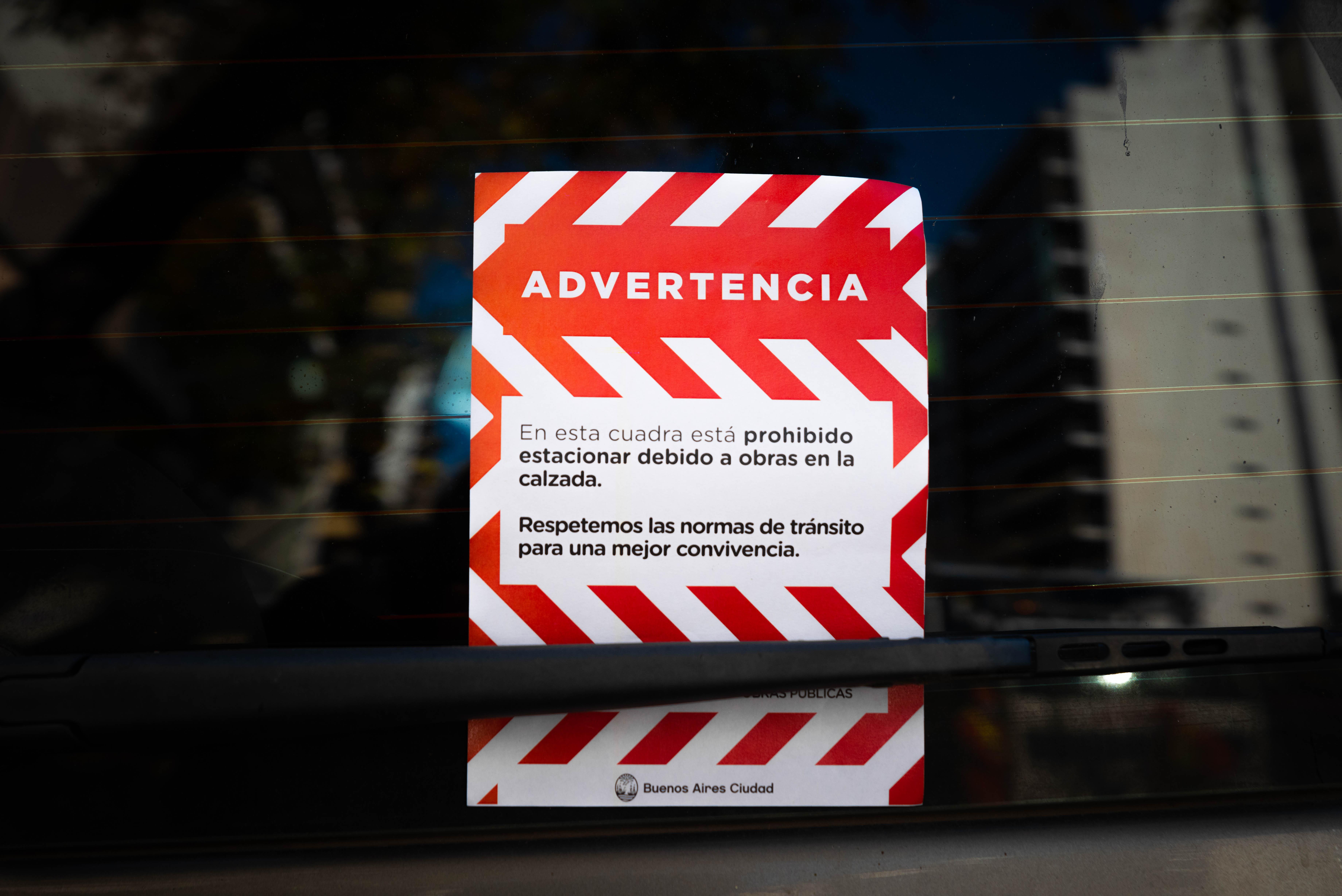 En las ampliaciones de veredas en ejes comerciales no se podrá estacionar en forma adyacente a la intervención, pero se garantizará la utilización de las cocheras , de manera similar a lo que sucede en las calles con ciclovías