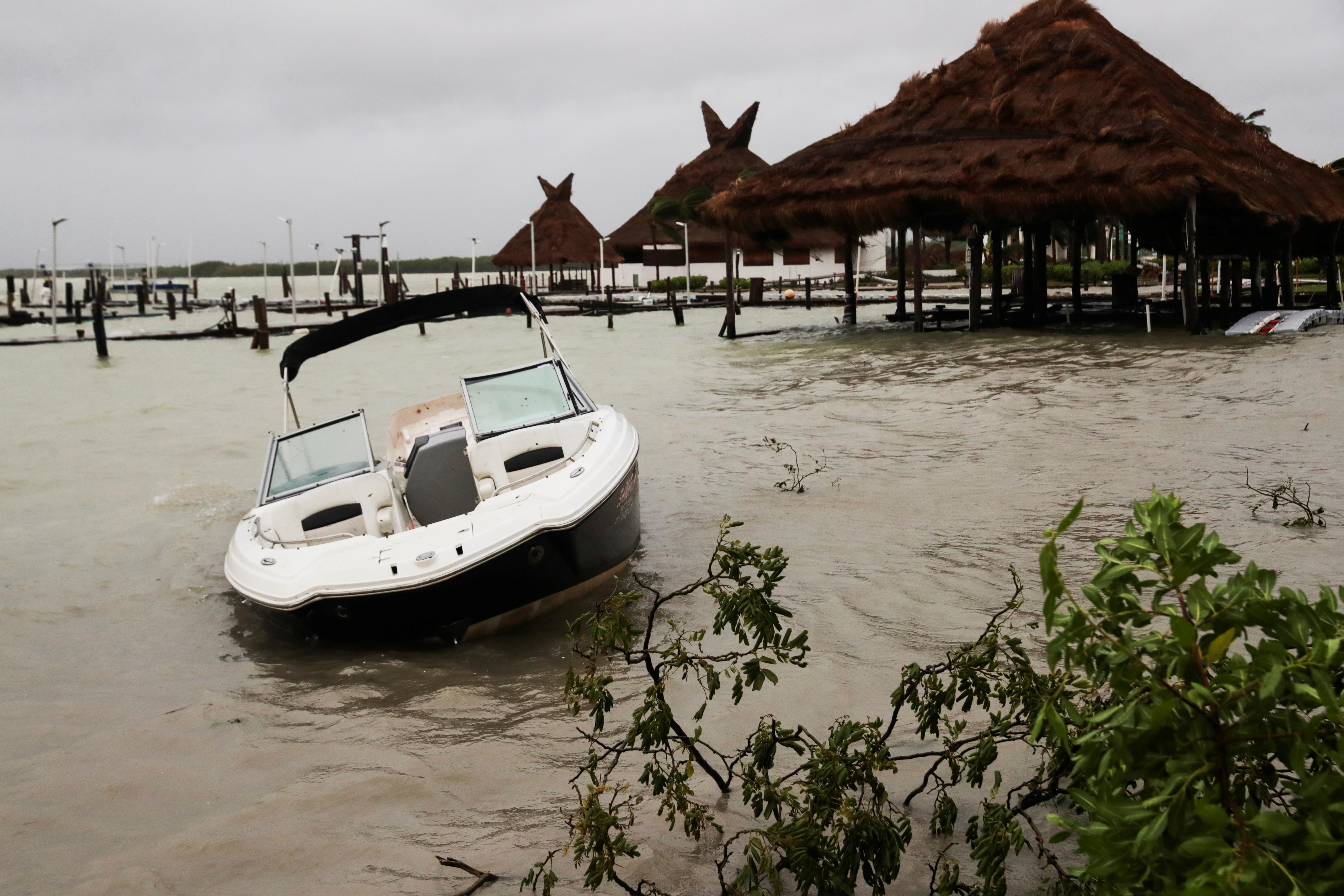 Se ve un bote dañado después del golpe del huracán Delta, en la playa Tortuga, en Cancún, en el estado de Quintana Roo, México, el 7 de octubre de 2020.