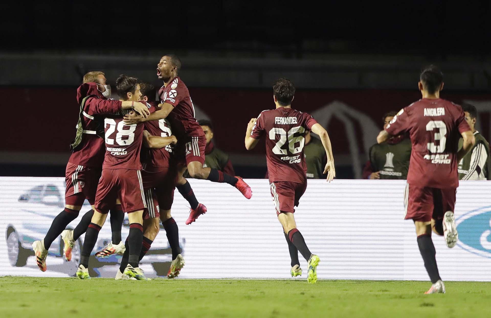La celebración colectiva de river tras el gol de Julián Álvarez, el 2-1 parcial (REUTERS/Andre Penner)