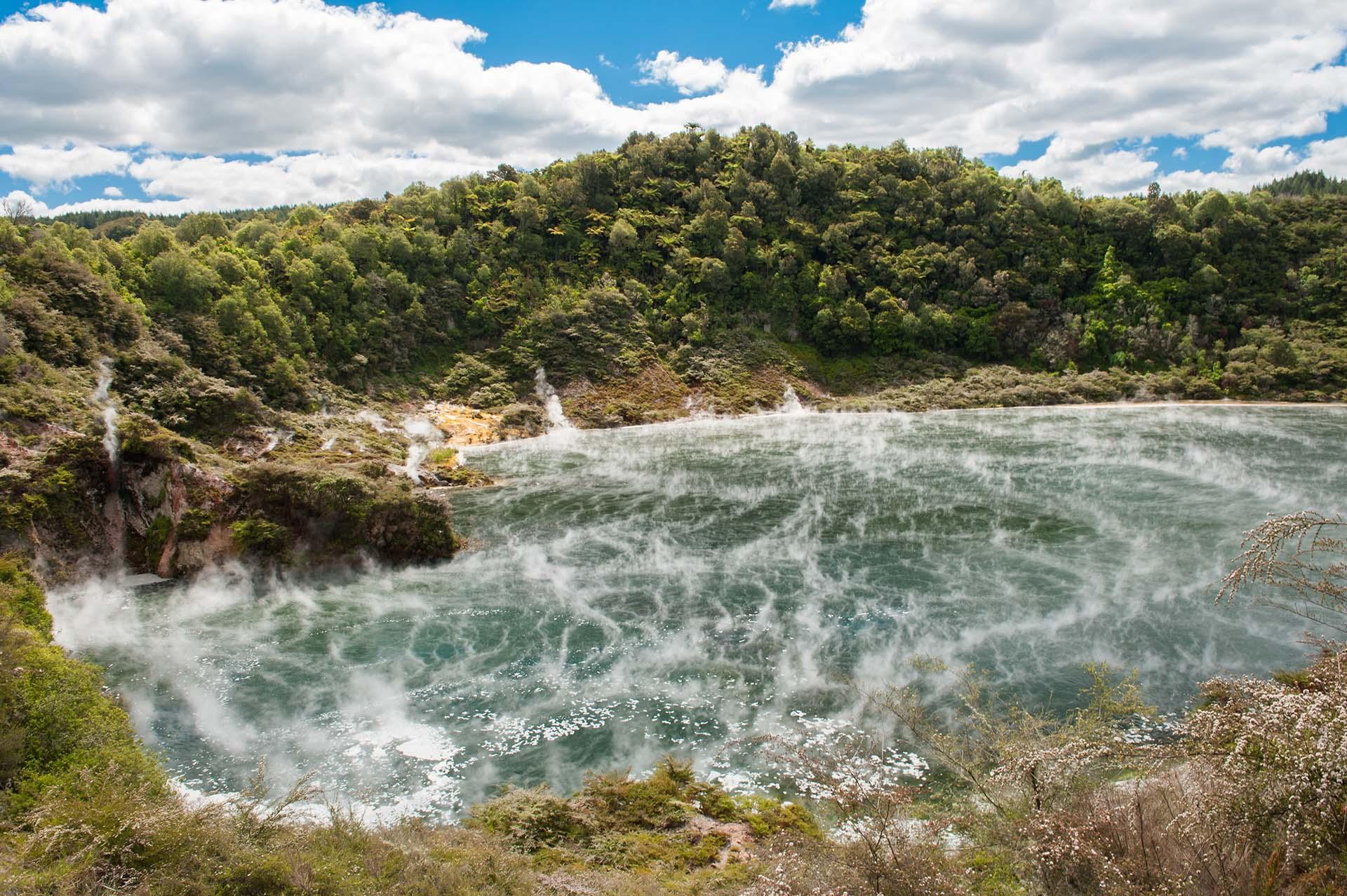 Frying Pan Lake es la fuente termal más grande del mundo. Se encuentra en el Echo Crater del Valle del Rift Volcánico Waimangu, Nueva Zelanda, y su agua ácida mantiene una temperatura de aproximadamente 50-60 ° C