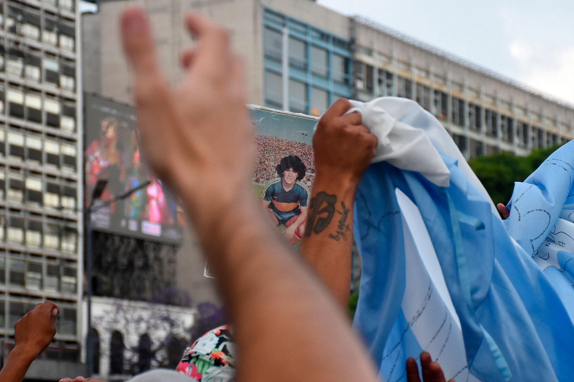 Una imagen de diego con la casaca de Boca, entre los brazos que lo alentaron (Nicolás Stulberg)