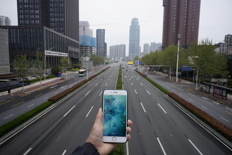 Un celular captura una autopista sin tráfico en Wuhan, China (REUTERS/Aly Song)