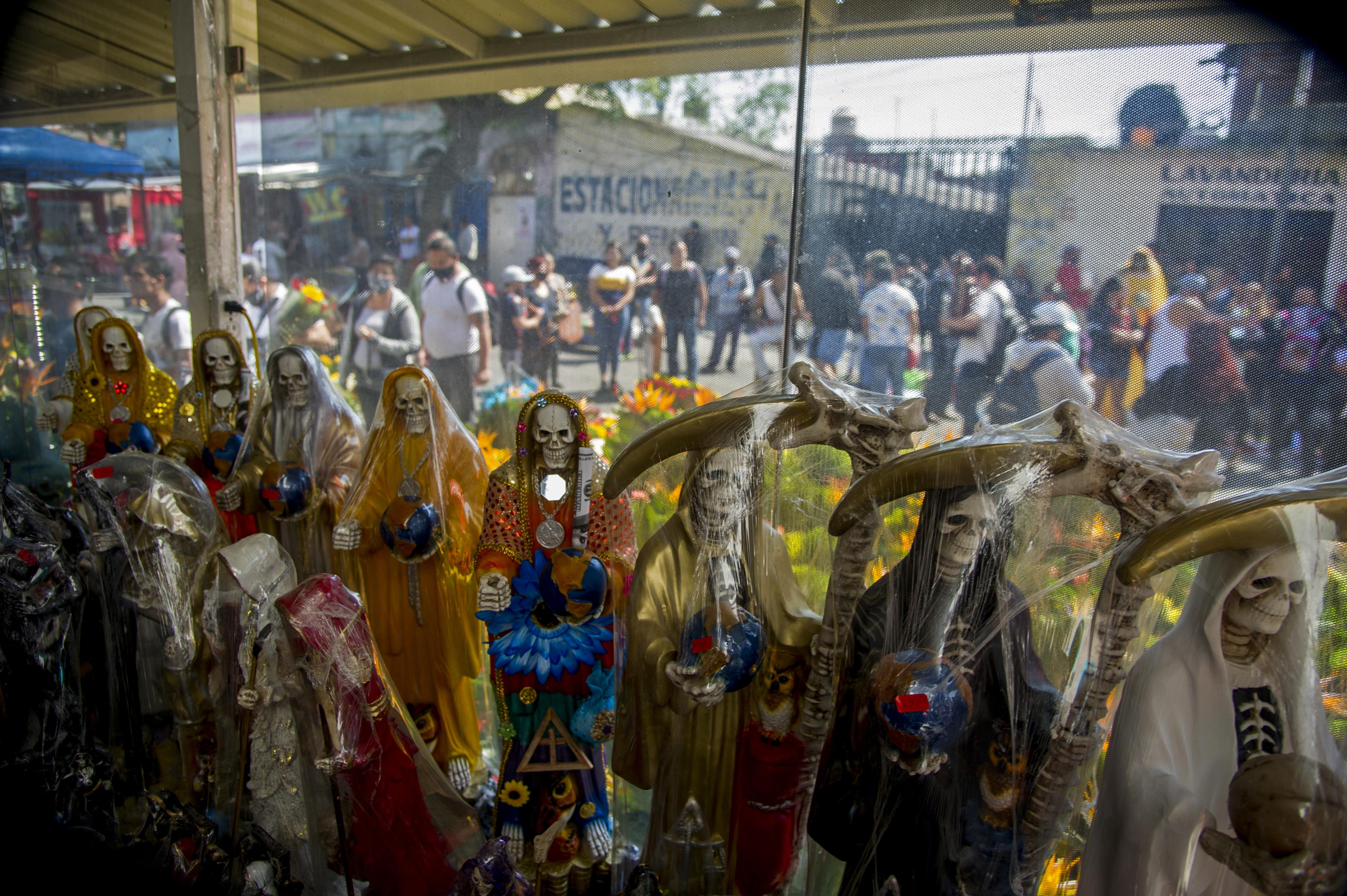 Figuras de Santa Muerte expuestas a la venta cerca de su santuario en la calle Alfarería, en el barrio de Tepito, de la Ciudad de México, el 1 de octubre de 2020