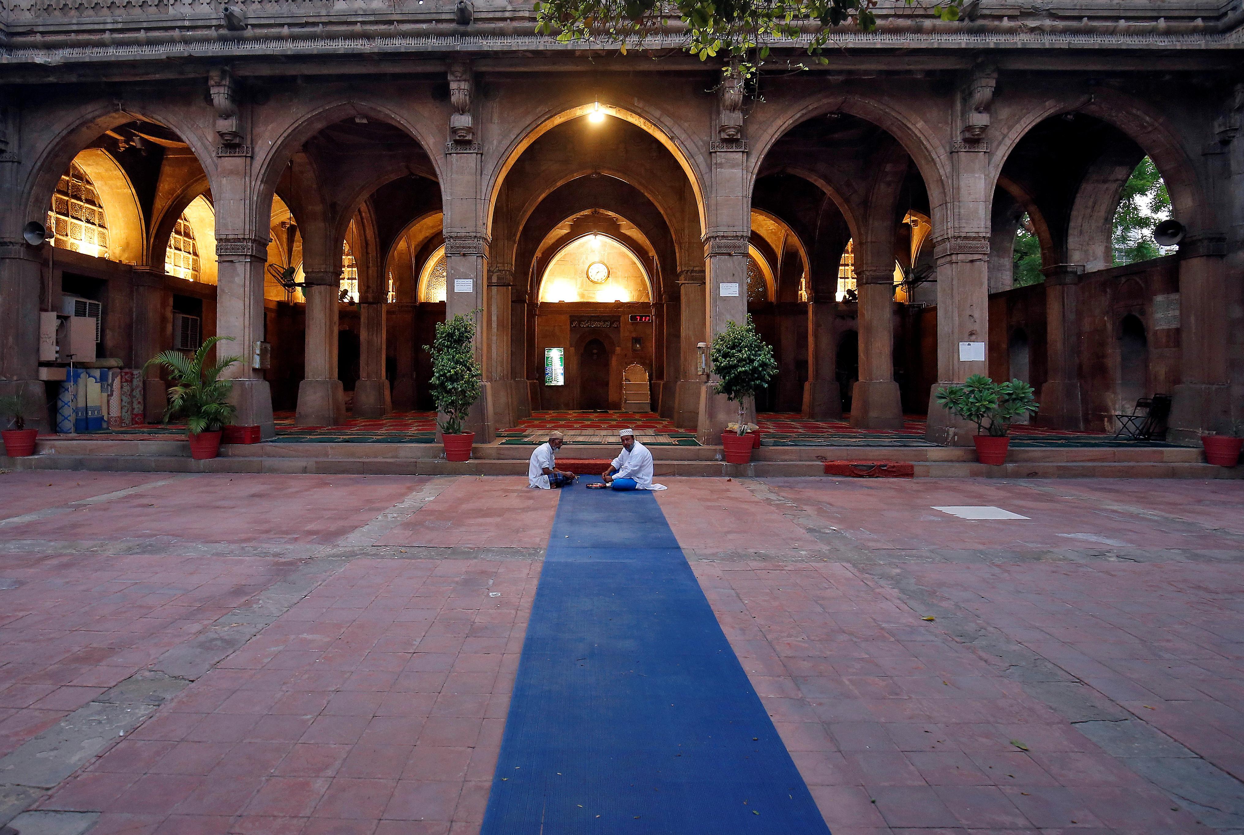 Dos monjes dentro de un templo en Ahmedabad, India (REUTERS/Amit Dave)