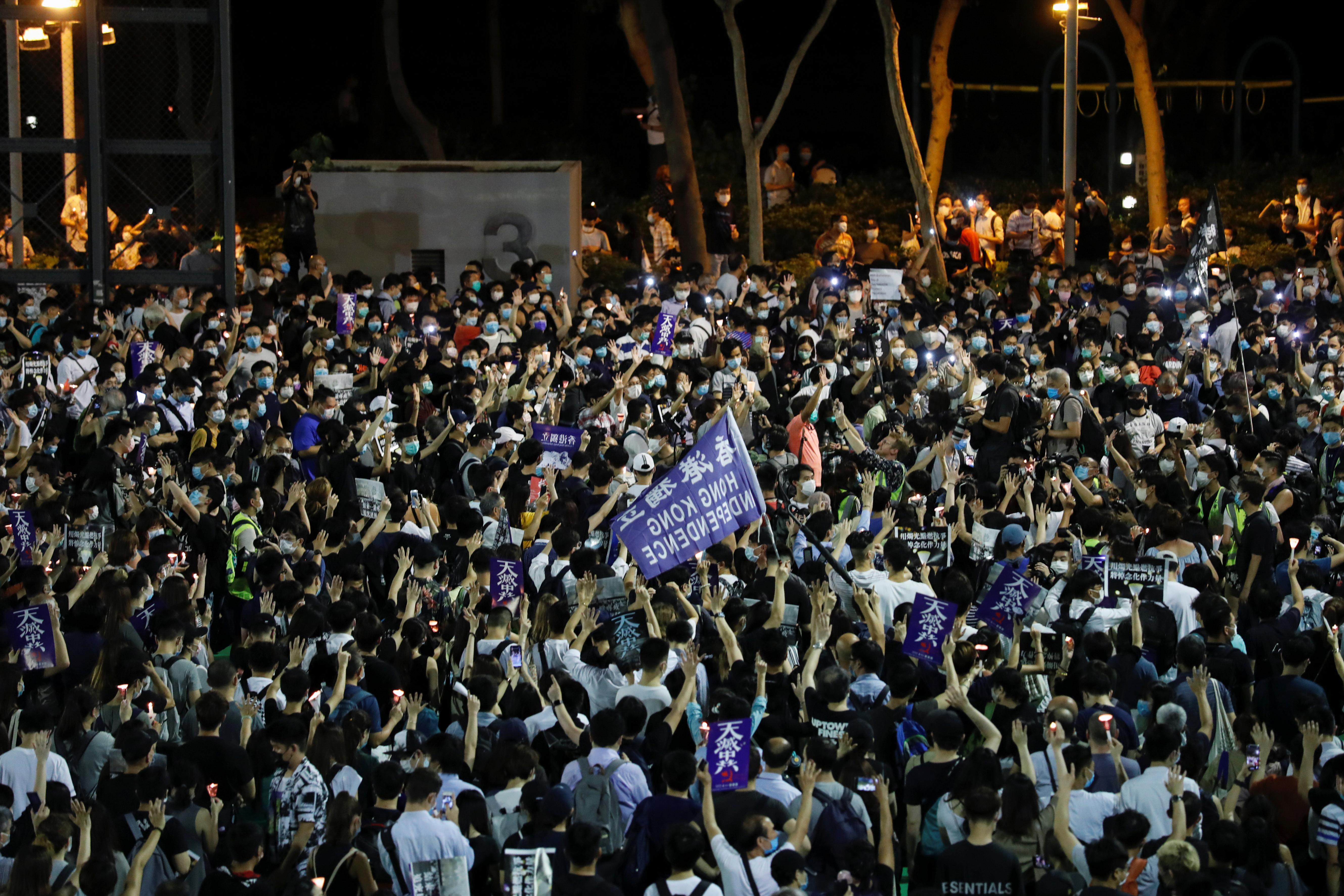 Con el correr de las horas, la multitud continuó creciendo. Los asistentes coreaban eslóganes como