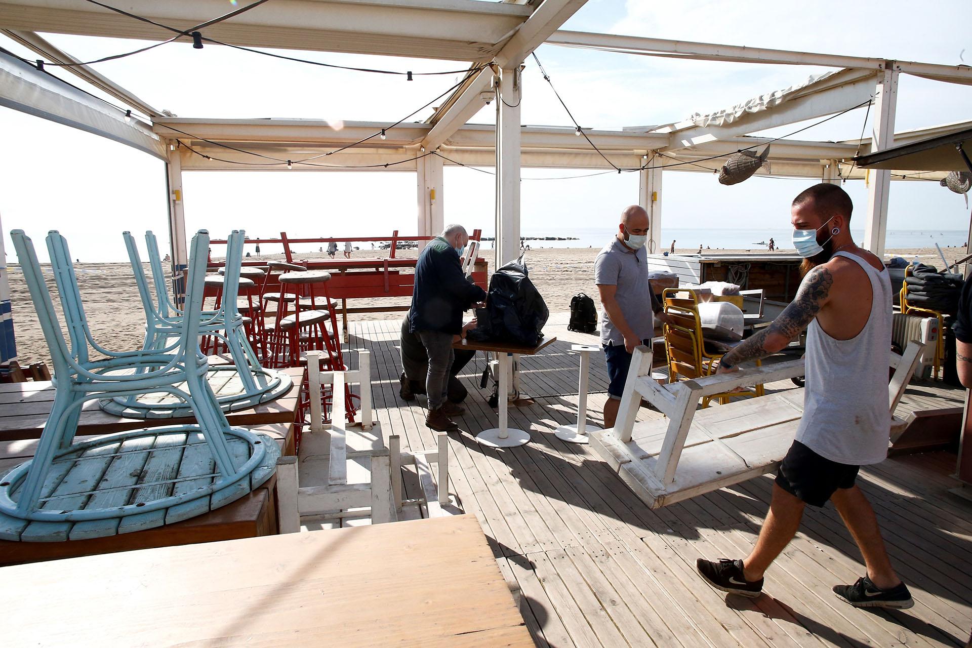En Barcelona, podrán volver a funcionar las terrazas de los bares de la playa, conocidos como