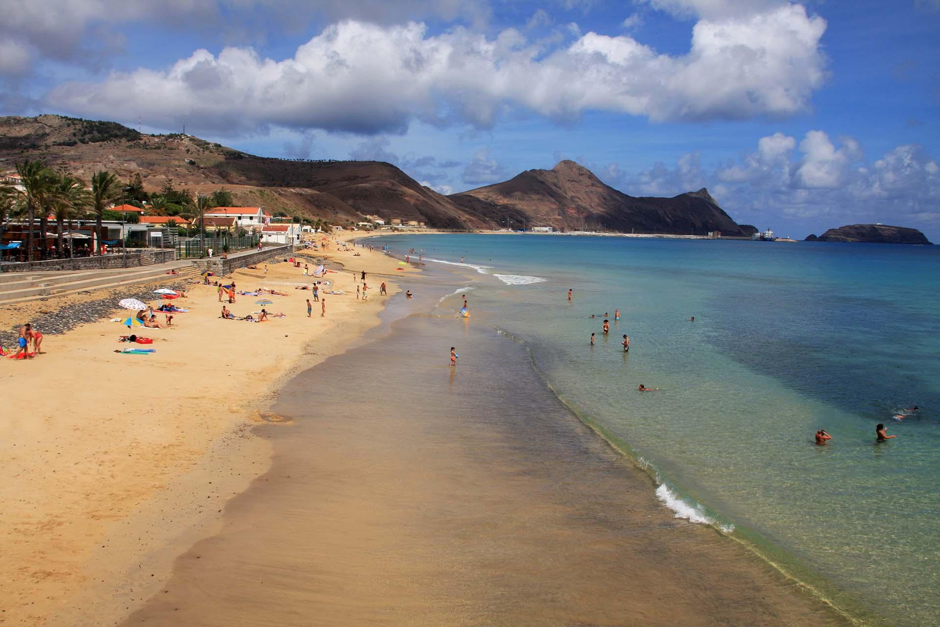 Portugal se considera uno de los destinos más seguros, e incluso, Madeira es la región menos afectada del país. Madeira es un archipiélago formado por varias islas. Está Madeira, la isla principal, pero también otras pequeñas islas como Porto Santo. (5.500 habitantes). Las playas de arena dorada de Porto Santo son mundialmente famosas, por las virtudes terapéuticas de su arena