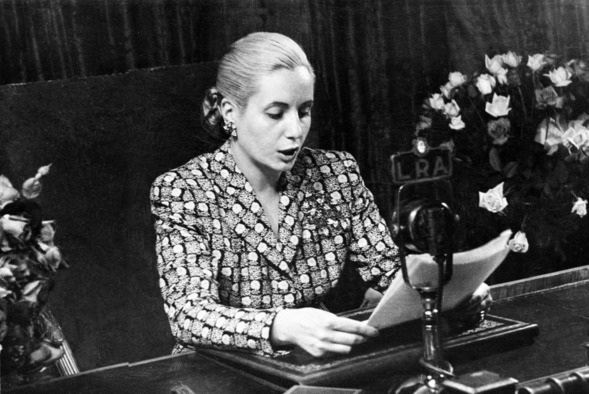 """El 21 de agosto de 1946 el proyecto del voto femenino fue aprobado por la Cámara de Senadores, para que el 9 de septiembre del año siguiente hiciera lo propio la Cámara de Diputados. Días más tarde, el 23 de septiembre de 1947, se promulgó finalmente la Ley 13.010. Evita fue una férrea impulsora de la norma. Ese día, ante una Plaza de Mayo atestada de mujeres, pronunció uno de sus discursos más emblemáticos: """"Recibo en este instante de manos del Gobierno de la Nación la ley que consagra nuestros derechos cívicos. Y la recibo, ante vosotras, con la certeza que lo hago en nombre y representación de todas las mujeres argentinas, sintiendo jubilosamente que me tiemblan las manos al contacto del laurel que proclama la victoria"""" (AP Photo)"""