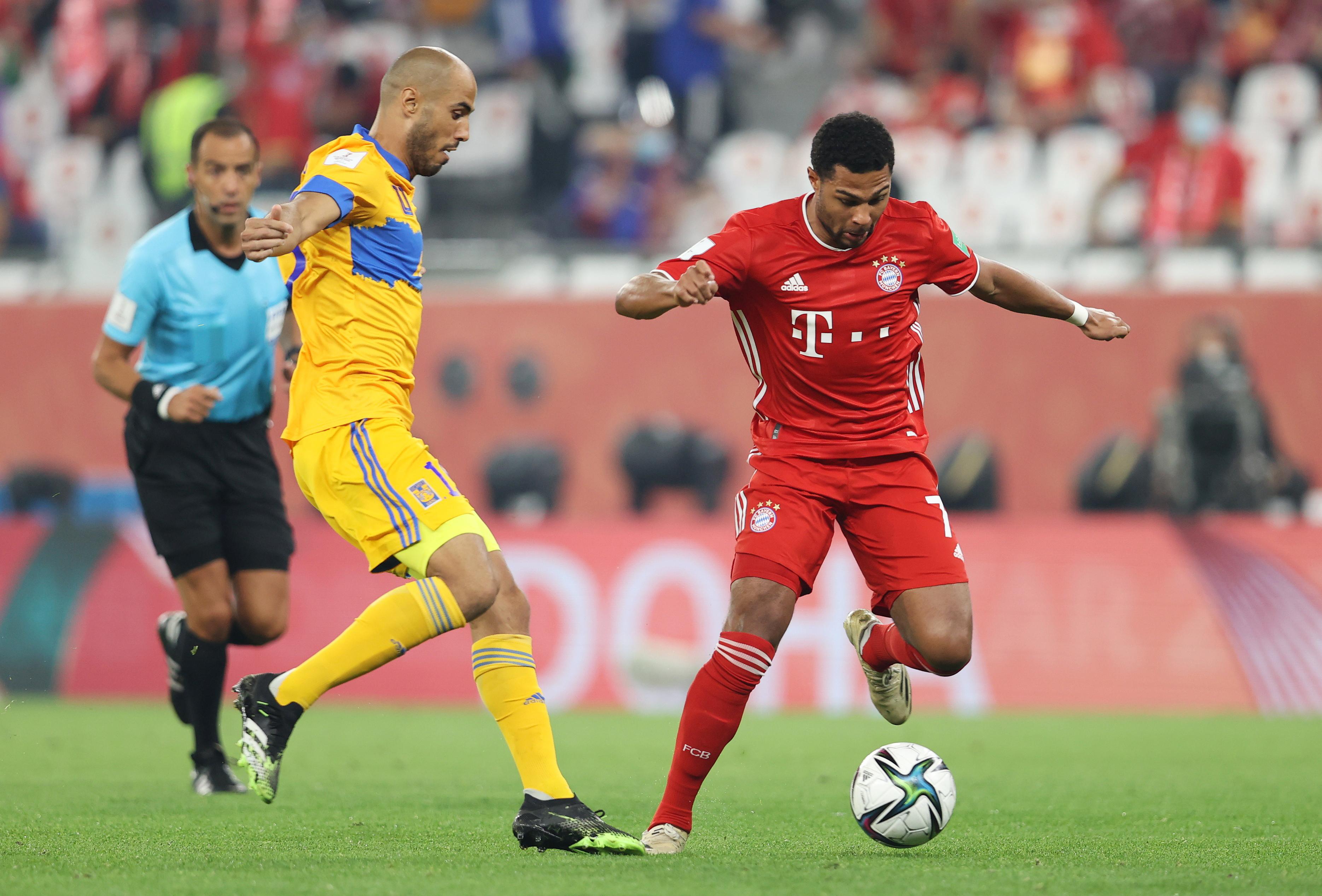 Serge Gnabry del Bayern Múnich en acción con Guido Pizarro de Tigres. Estadio Ciudad de la Educación en Rayán, Catar.