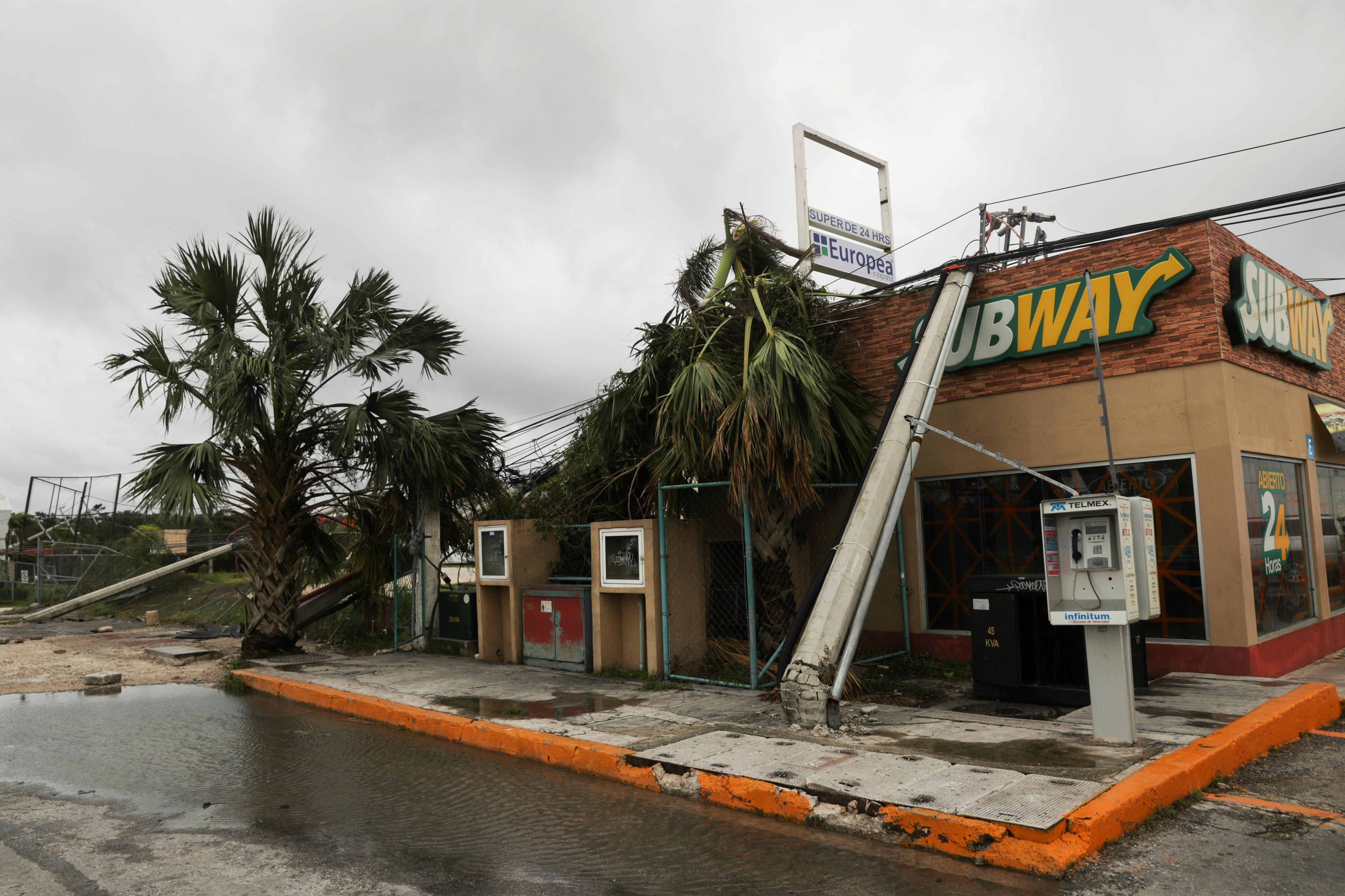 Un restaurante Subway dañado se ve después de que un poste de electricidad cayera sobre él, a raíz del huracán Delta, en Cancún, en el estado de Quintana Roo, México, el 7 de octubre de 2020.