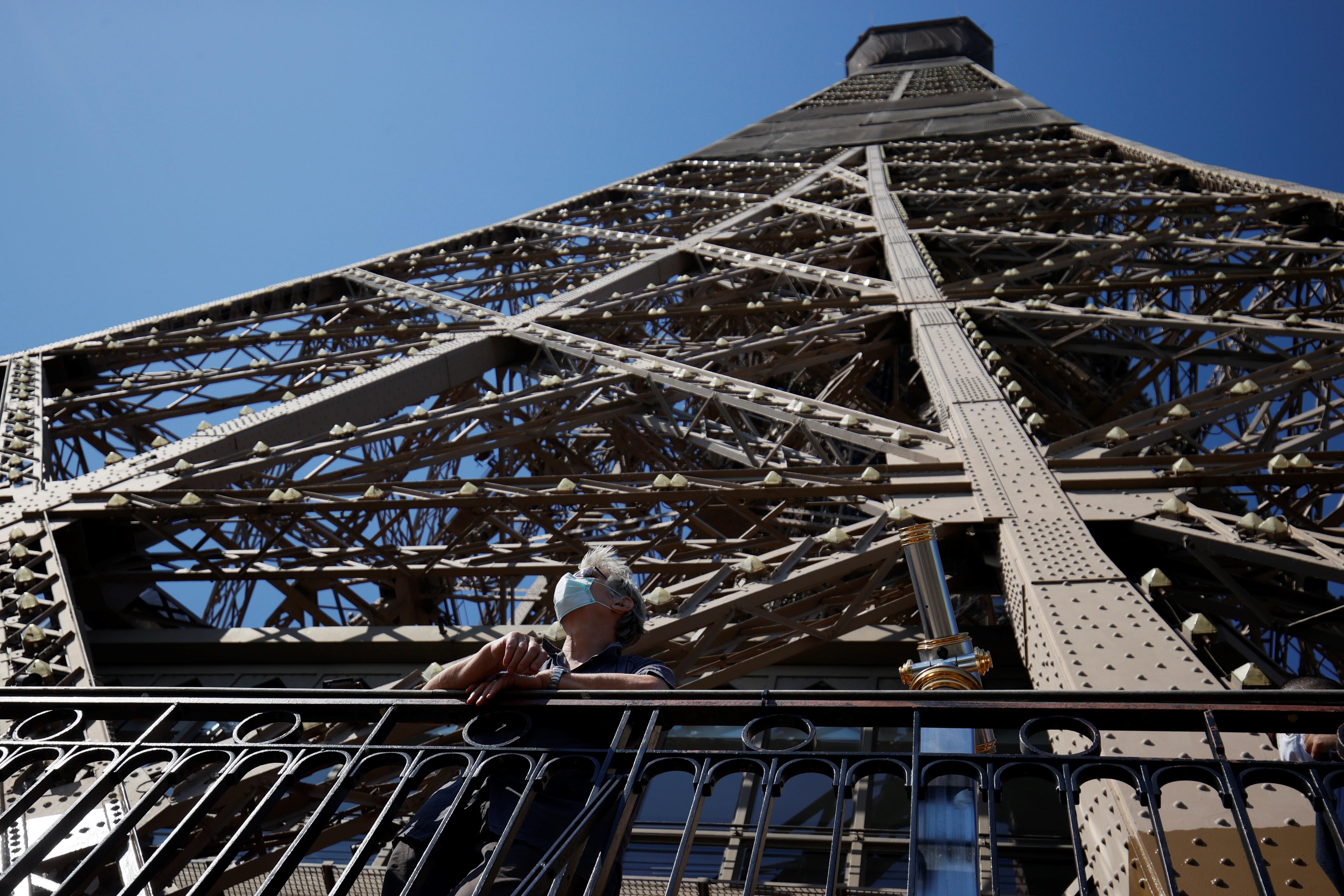 Aunque dejó de acoger al público desde el 13 de marzo, la Dama de Hierro, siguió iluminando todas las noches el cielo de París.También rindió homenaje al personal sanitario con un gran