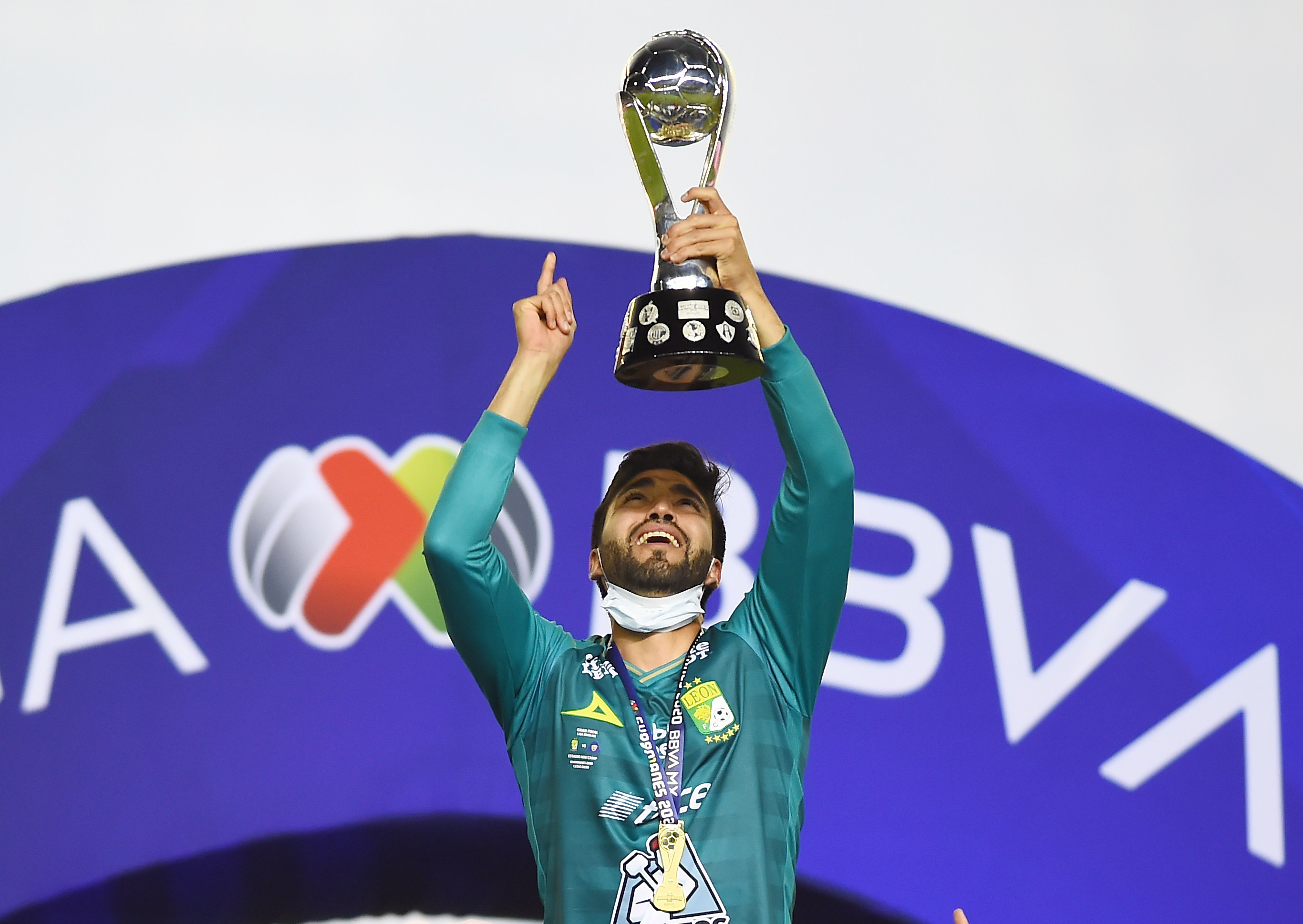 Ivan Ochoa celebra con el trofeo de la Liga MX.