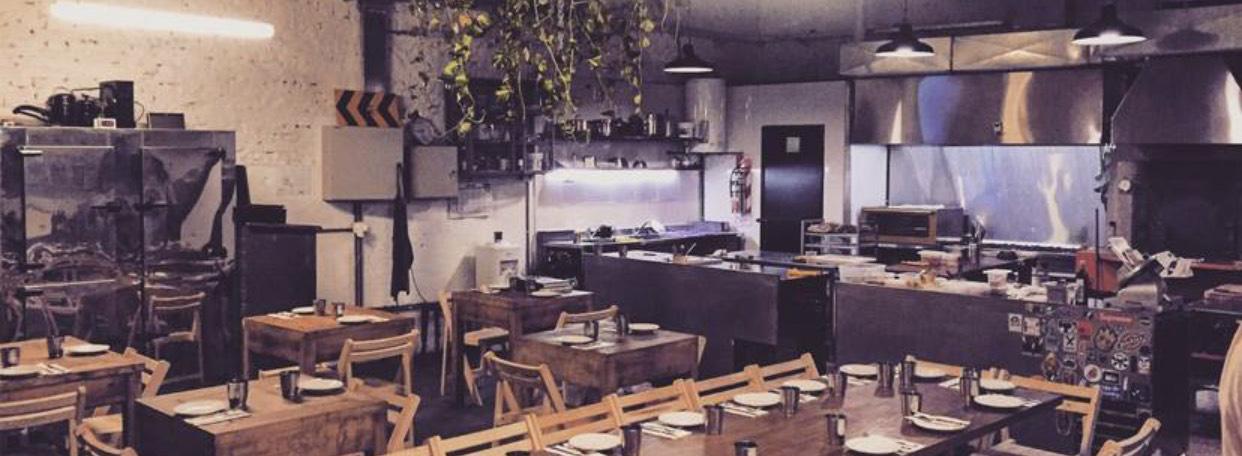 Por 6 años, Proper brilló en un viejo taller de Palermo y se convirtió en uno de los reductos gastronómicos más importantes del Buenos Aires (Foto: Instagram Proper)