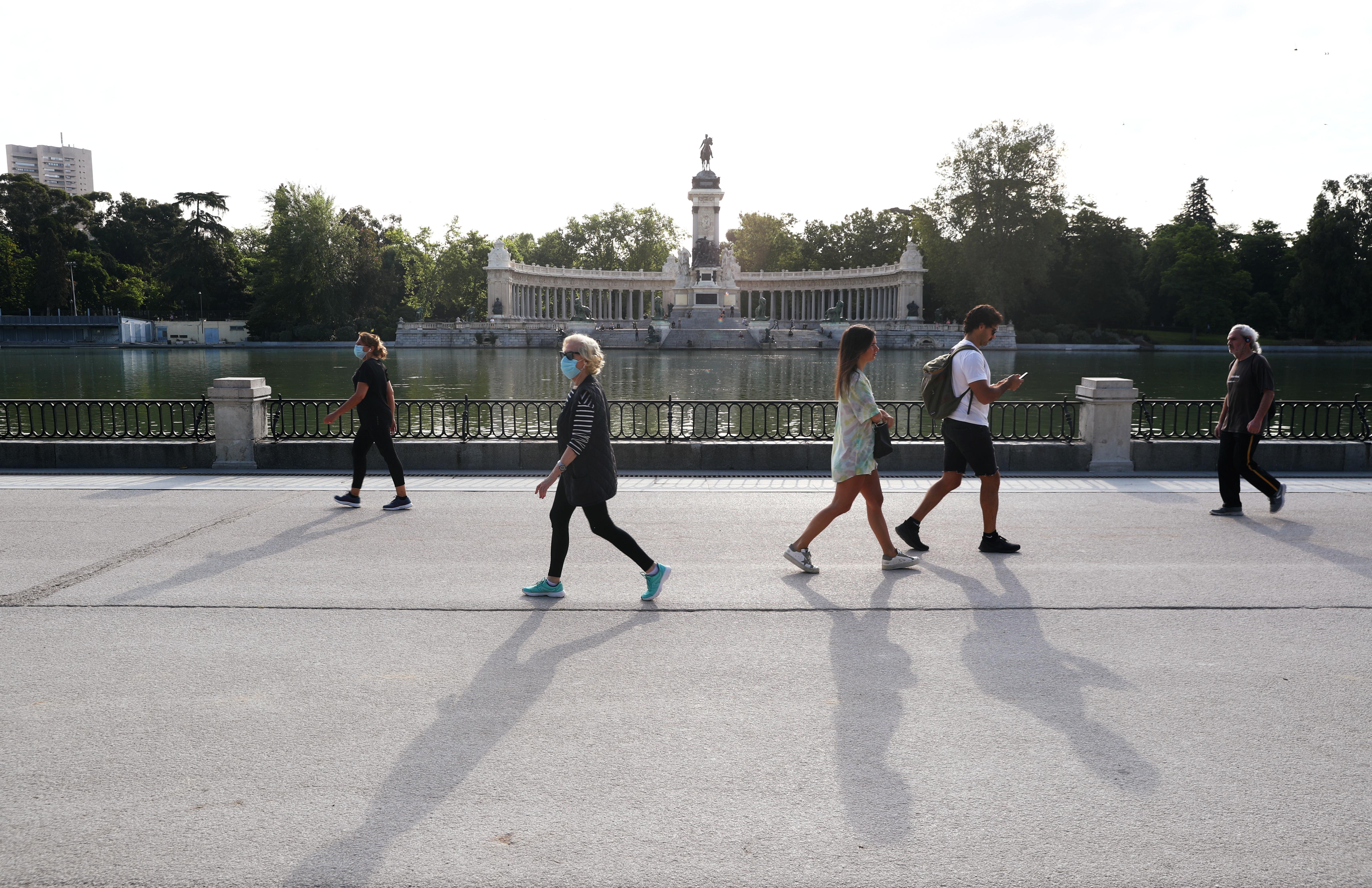 Las personas disfrutan del sol en el parque de El Retiro de Madrid después de dos meses de confinamiento (REUTERS/Sergio Perez)
