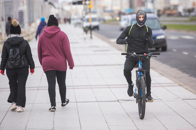 Caminata y bicicleta, dos de las actividades autorizadas. Para cumplir con las normas, deben usar cuellos deportivos o duffs.