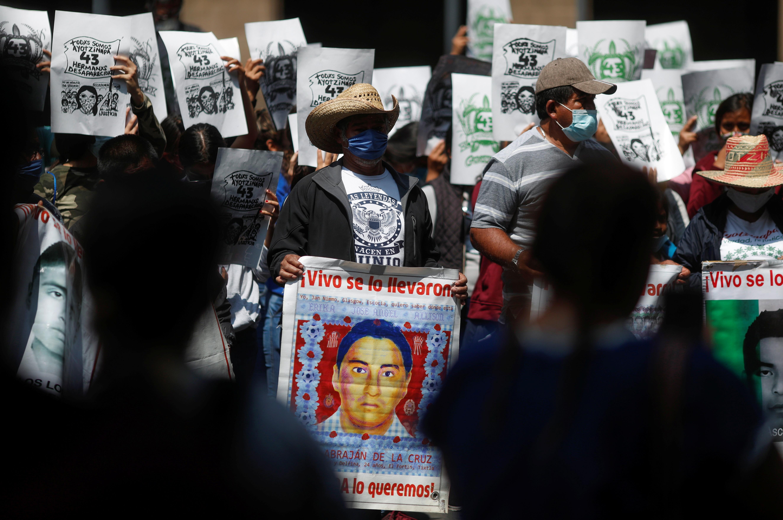 Familiares de estudiantes desaparecidos sostienen carteles durante una protesta frente a la Corte Suprema de Justicia, antes del sexto aniversario de la desaparición de 43 estudiantes de la Escuela Normal Rural de Ayotzinapa, en la Ciudad de México, México 23 de septiembre de 2020.