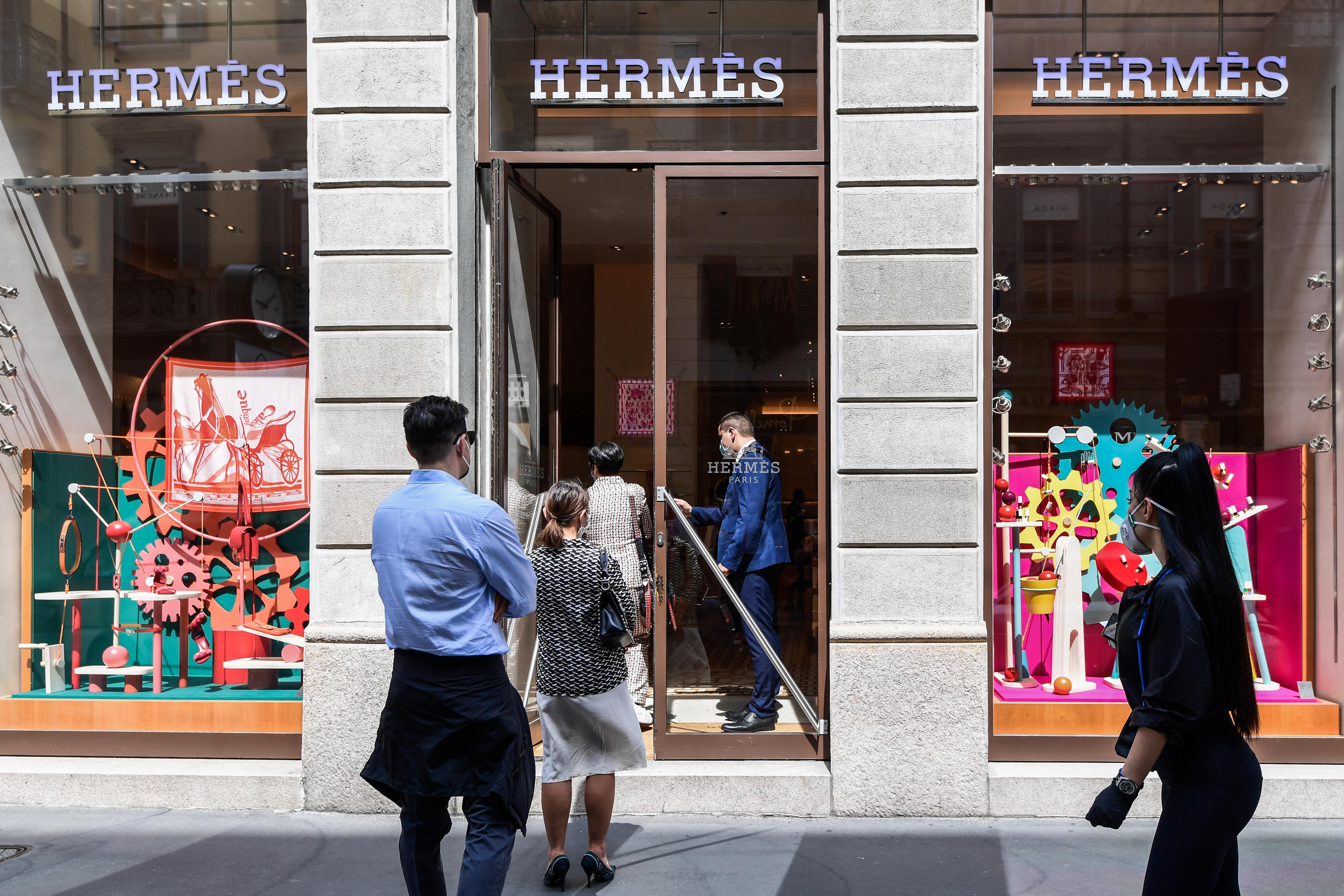 Colas en una tienda de Hermes en Milán (Miguel Medina/ AFP)