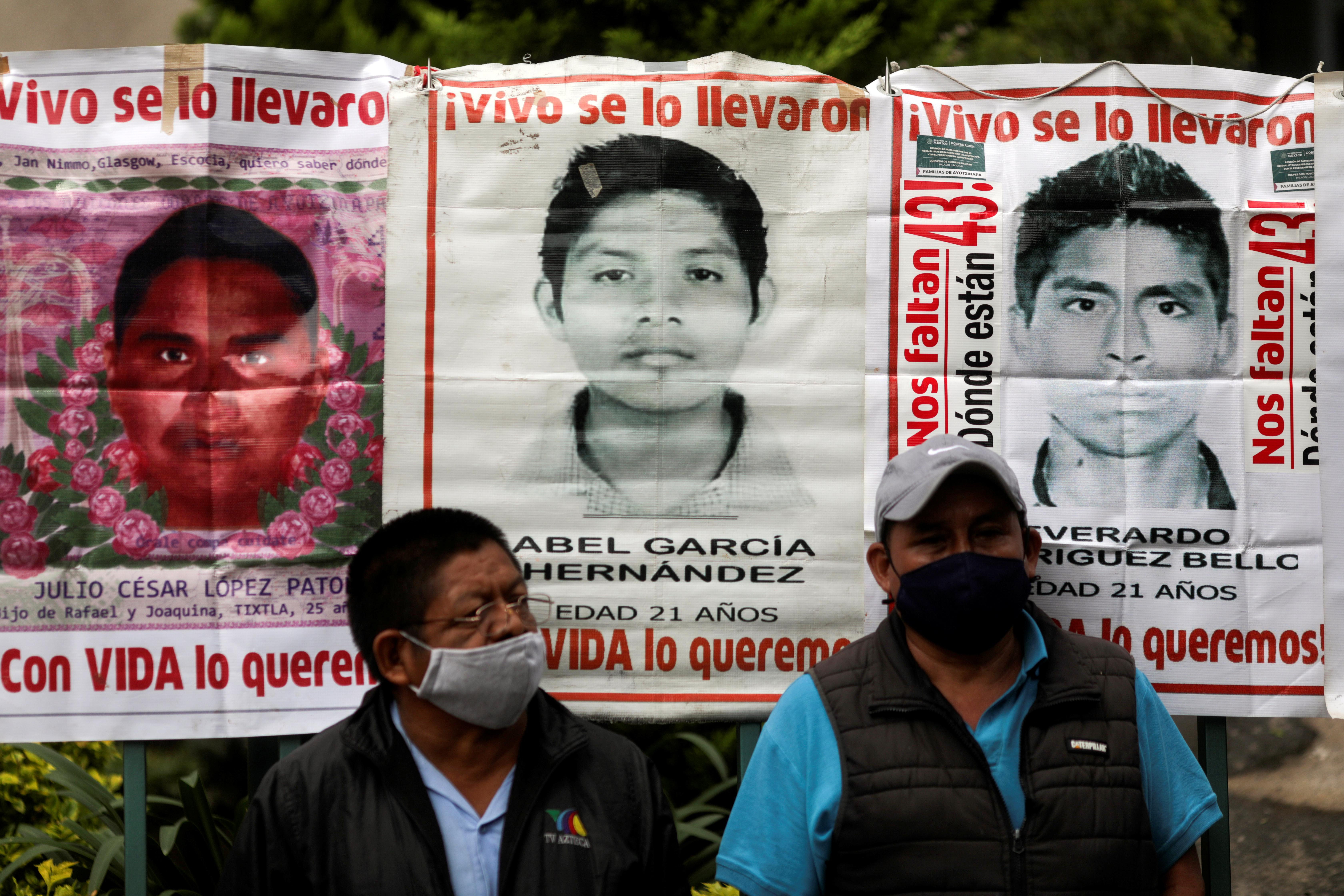 Familiares de estudiantes desaparecidos parados en frente de carteles mientras participan en una protesta frente al Consejo de la Judicatura Federal, antes del sexto aniversario de la desaparición de 43 estudiantes de la Escuela de Formación de Maestros de Ayotzinapa, en la Ciudad de México, México Septiembre 24 de febrero de 2020.