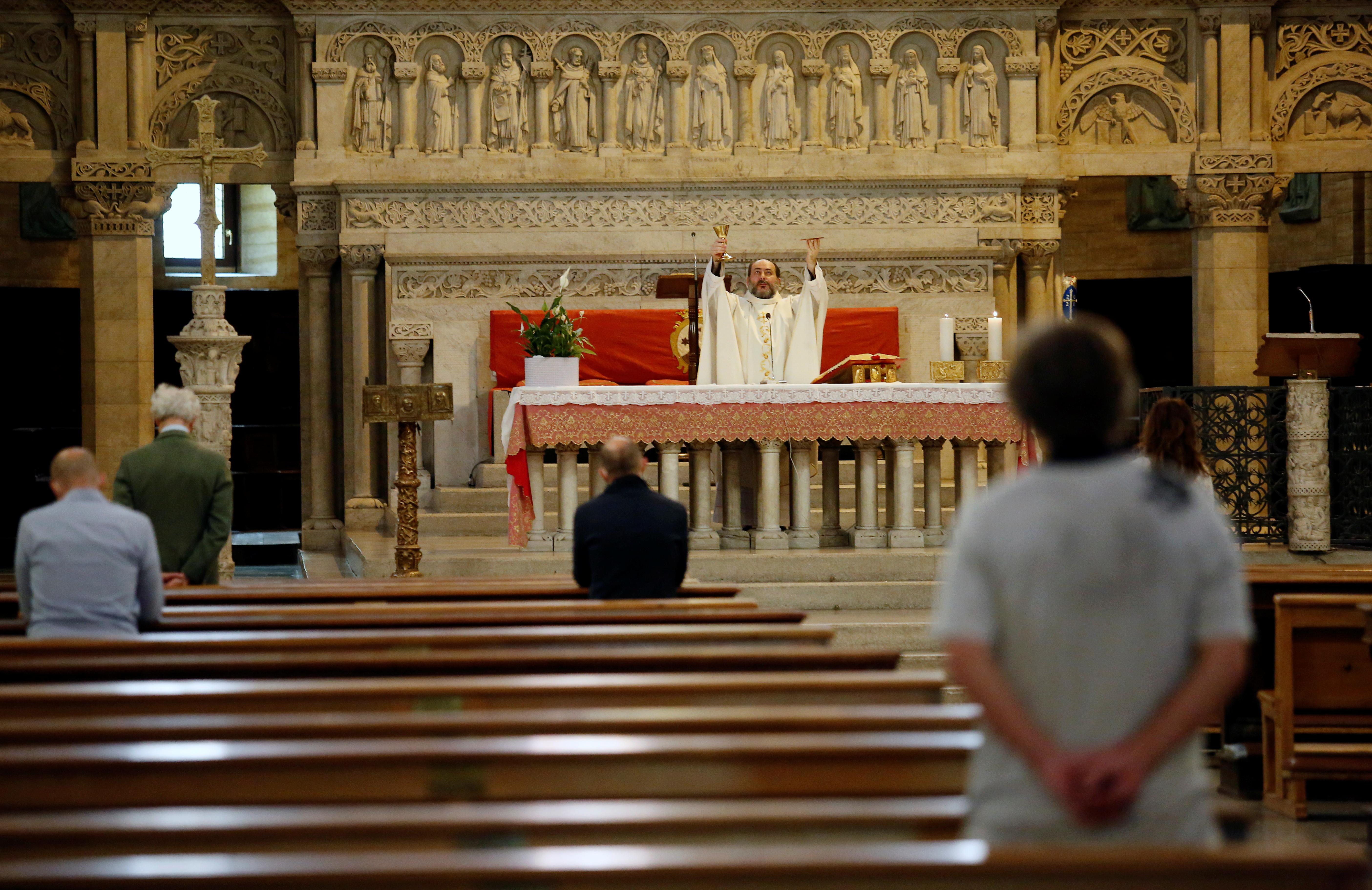 Una misa en la iglesia Santa Teresa D'Avila en Roma (Reuters/ Remo Casilli)