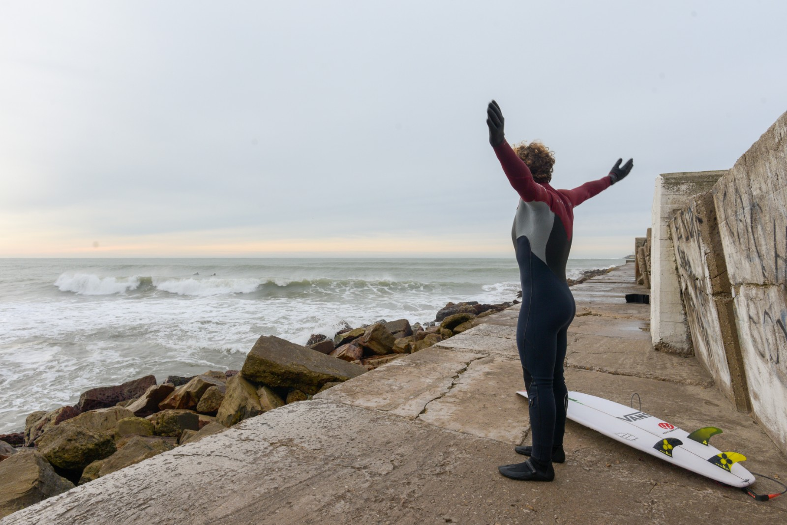 Un surfer se prepara en las rocas cercanas a Varese. La actividad, una de las favoritas de los jóvenes marplatenses, volvió con todo