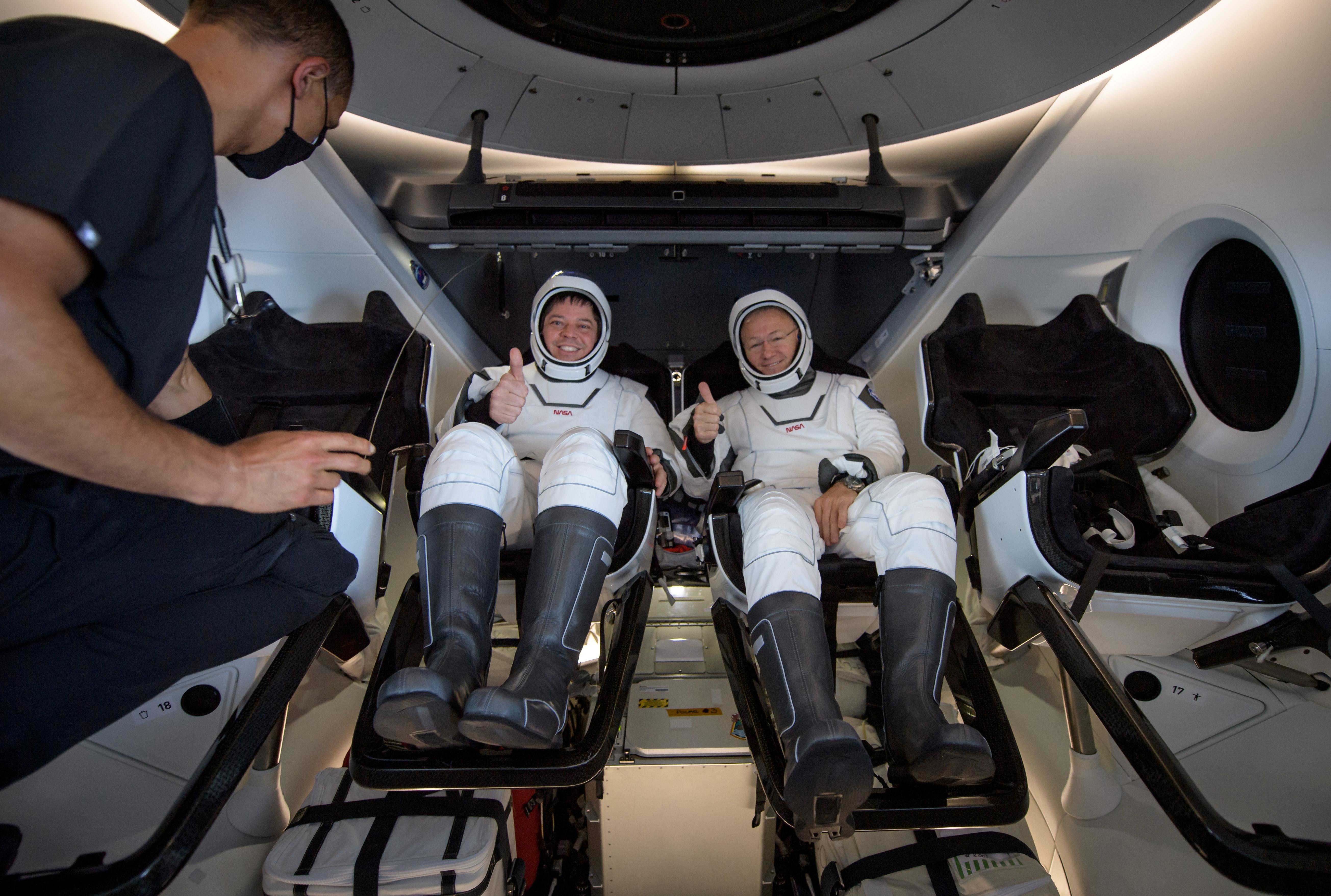 Los astronautas a bordo de la nave de recuperación SpaceX GO Navigator poco después de haber aterrizado en el Golfo de México (NASA/Bill Ingalls/Handout via REUTERS)