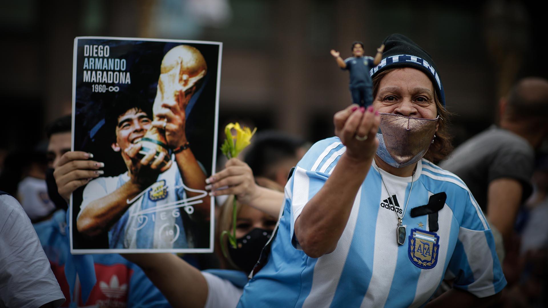 El póster con Diego y la Copa del Mundo de México 1986 y un muñeco. El fanatismo por Maradona no reconoce límites