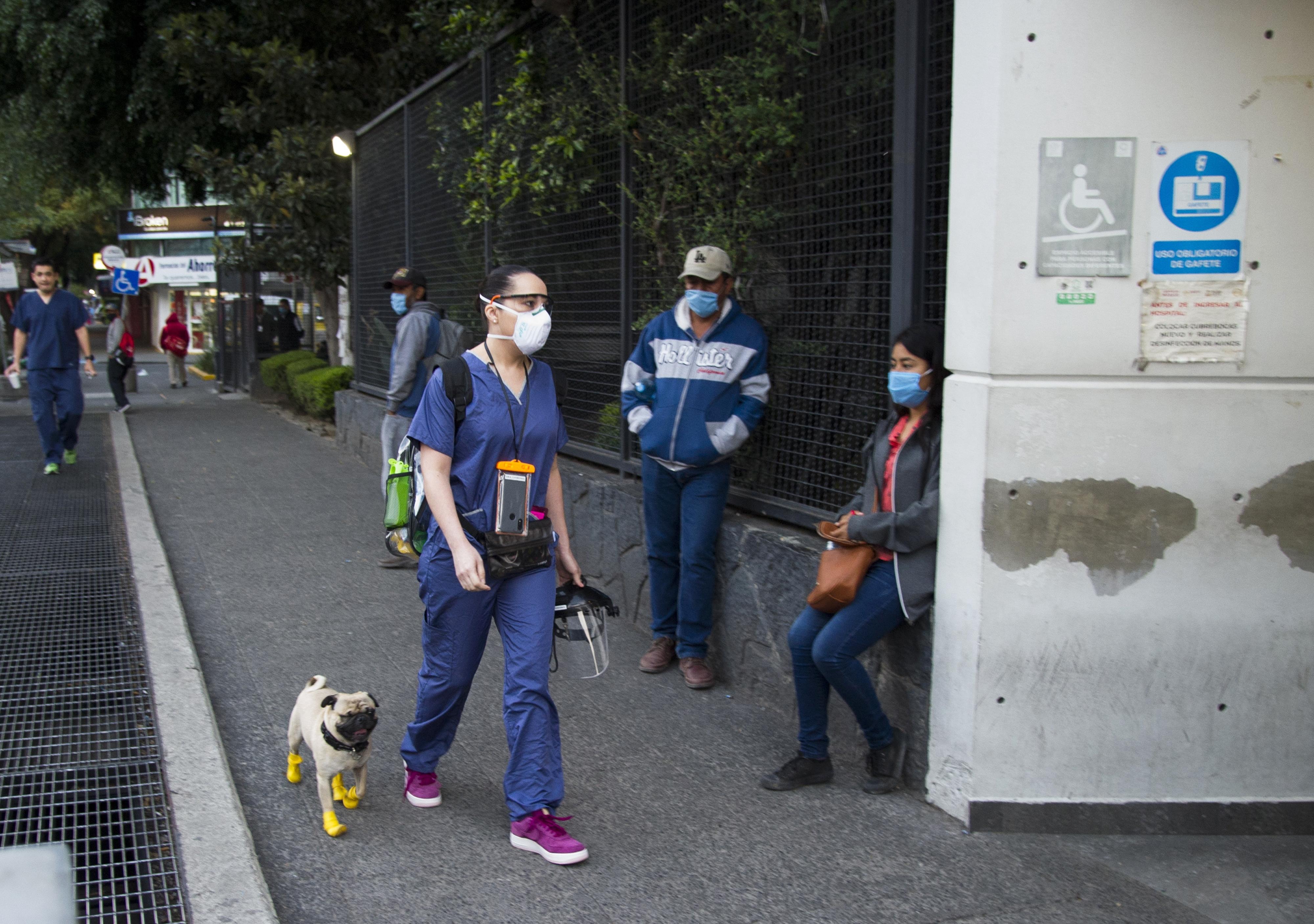 Lucía y El Tuerto llegan al hostpital 20 de Noviembre en la Ciudad de México. (Foto: Claudio Cruz/AFP).