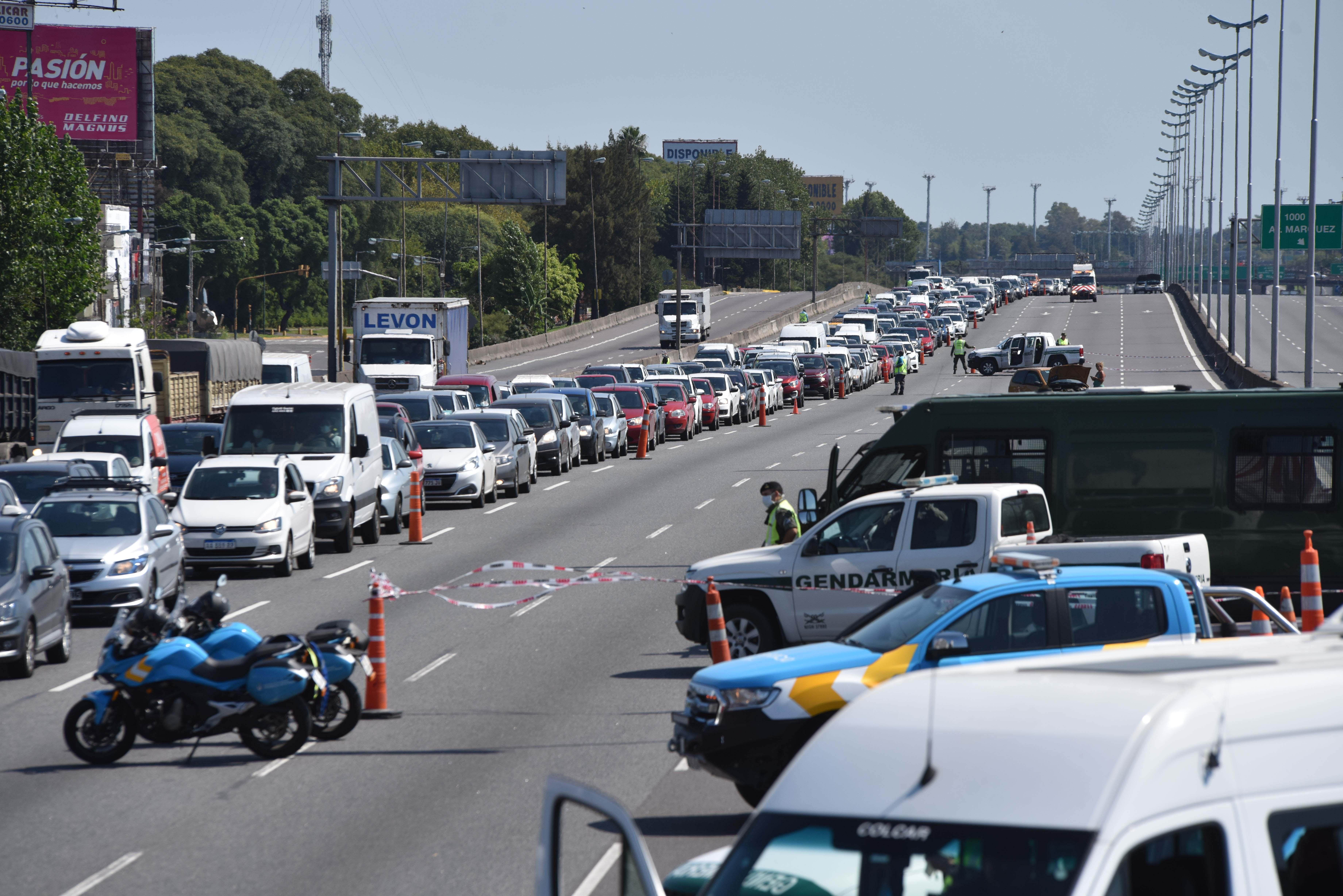 Enormes filas de automóviles esperando para pasar los controles en la Panamericana (Foto: Franco Fafasuli)