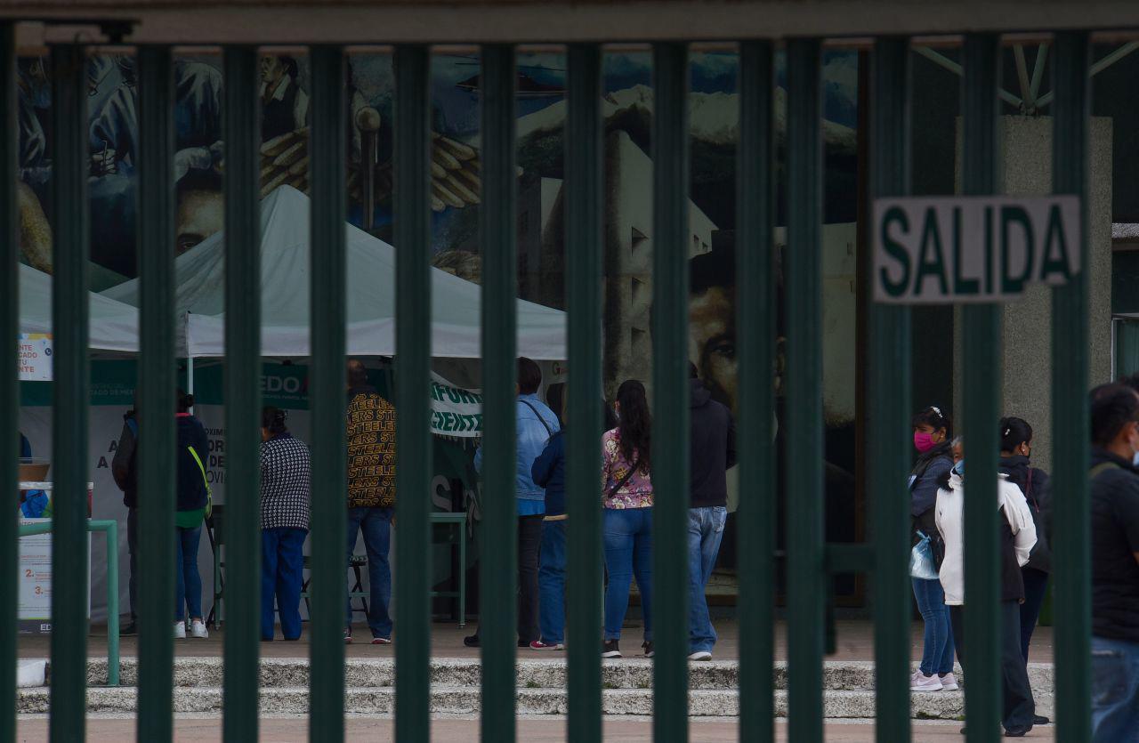 Los Hospitales Del Valle de Toluca operan al 90 por ciento en áreas COVID-19 estando a un paso de la saturación, ante el aumento de contagios por coronavirus en la entidad mexiquense, estando en riesgo de regresar a semáforo rojo si la población sigue sin atender las medidas sanitarias para su cuidado. Toluca, Estado de México, 16 de diciembre de 2020.