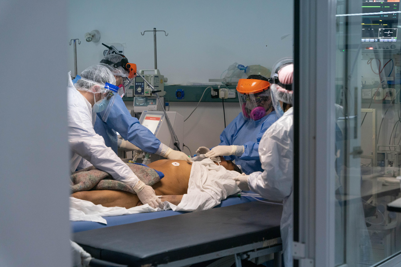 La terapia intensiva del Hospital General San Martin La Plata, que muestra la denodada lucha del personal de Salud contra el coronavirus. (Foto: Franco Fafasuli)