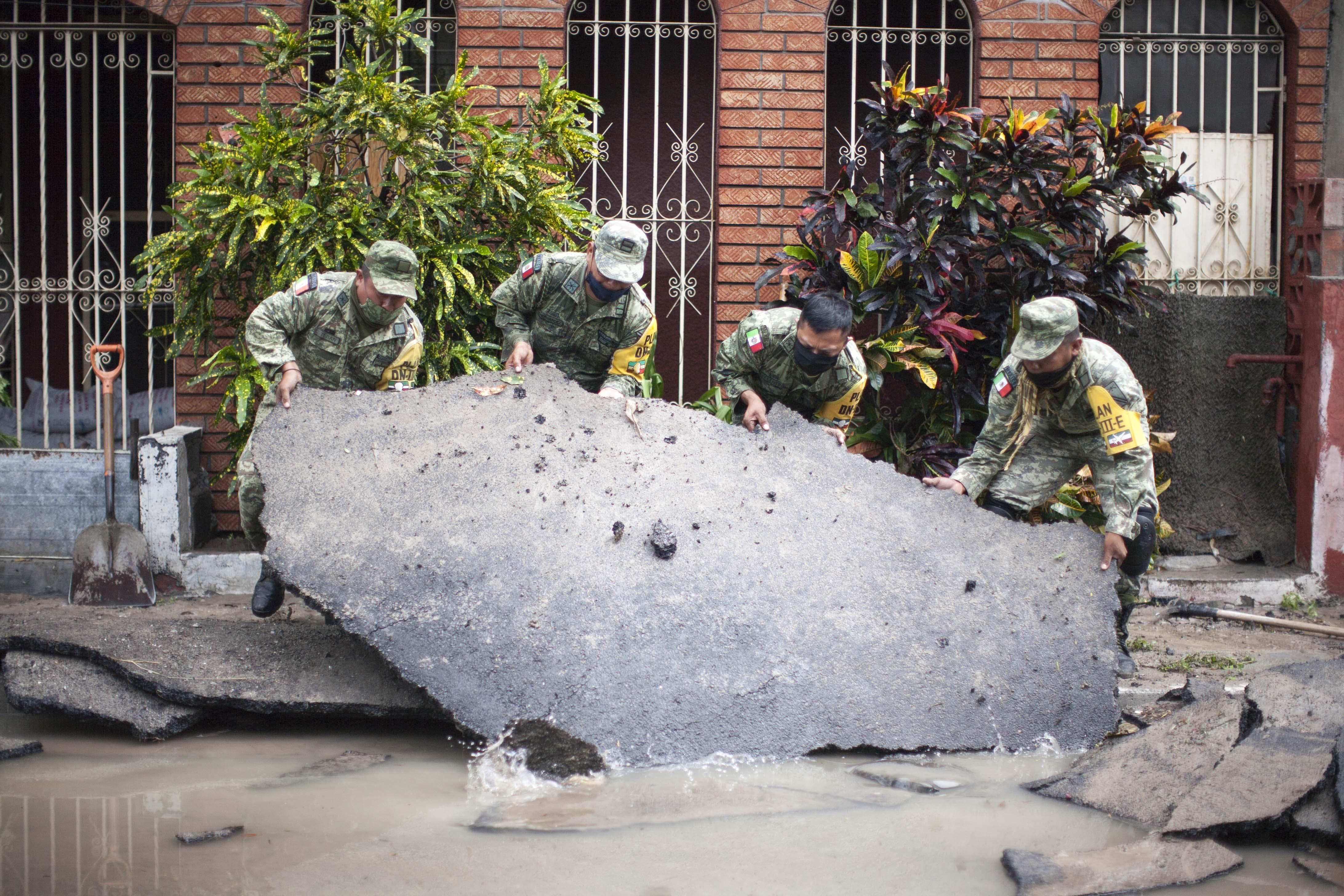 Miembros del ejército mexicano realizan trabajos de limpieza después de las fuertes lluvias por la tormenta Hanna en el área metropolitana de Monterrey, estado de Nuevo León, México, el 27 de julio de 2020.