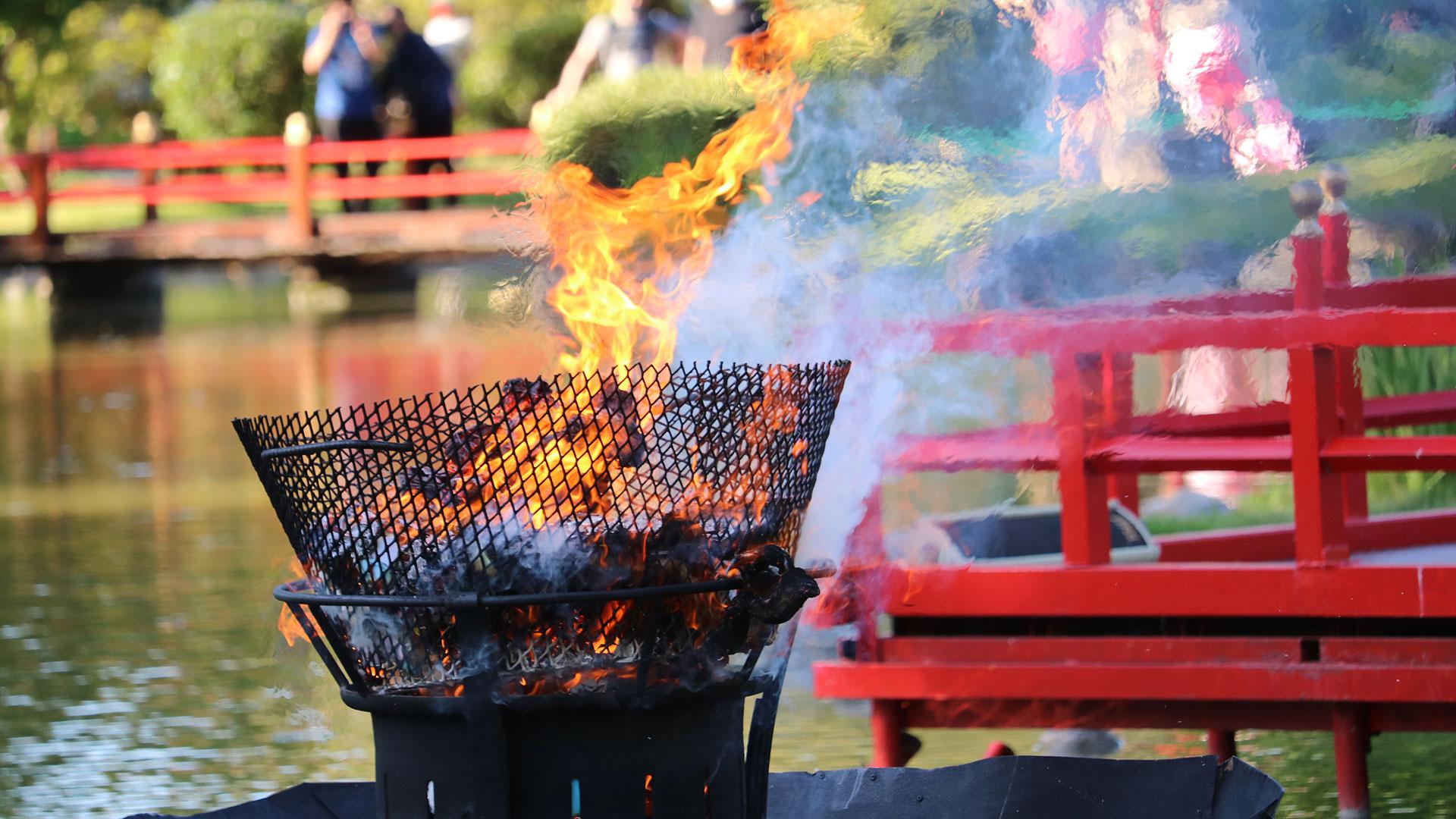 El siguiente paso es la realización del Oharai que es la limpieza previa a la quema, para despojarnos de los malos espíritus. Con el Oharai se crea un ambiente apto para el momento de la quema (Gentileza Jardín Japonés)