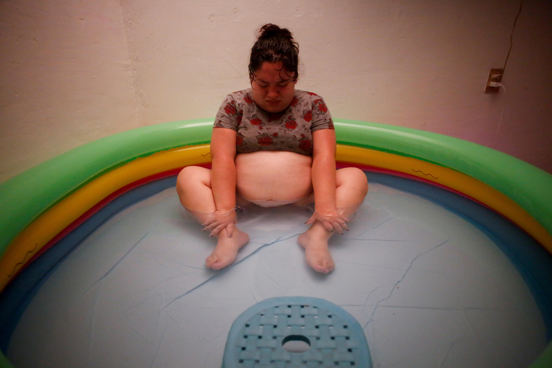 Karla López Rangel se sienta en una piscina de parto inflable mientras experimenta contracciones, en Xochimilco, Ciudad de México, México. 24 de mayo de 2020. Foto: REUTERS / Gustavo
