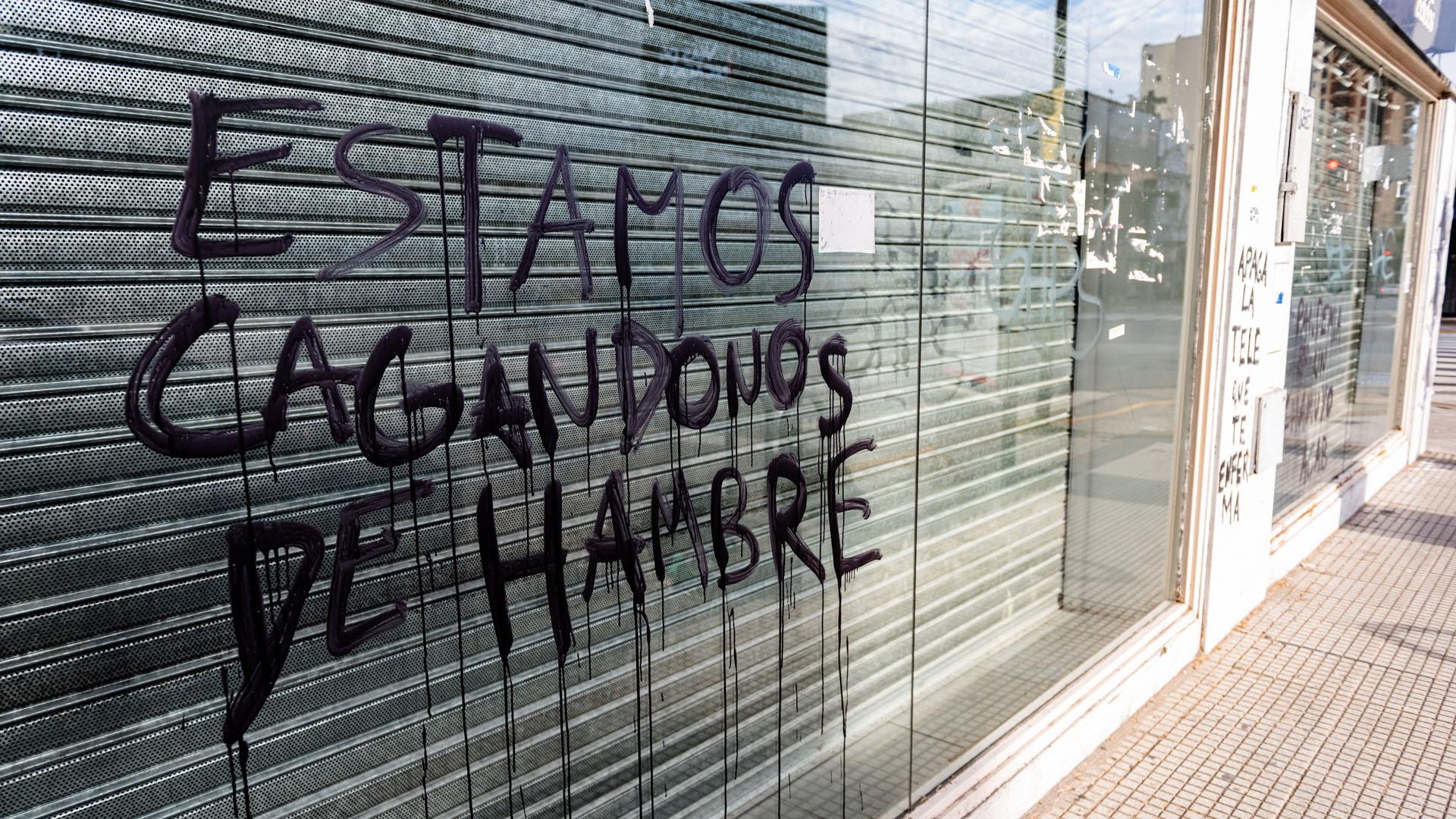 Una pintada sobre un local deportivo, ubicado en avenida Córdoba 4599, que grafica la situación de muchos pequeños empresarios